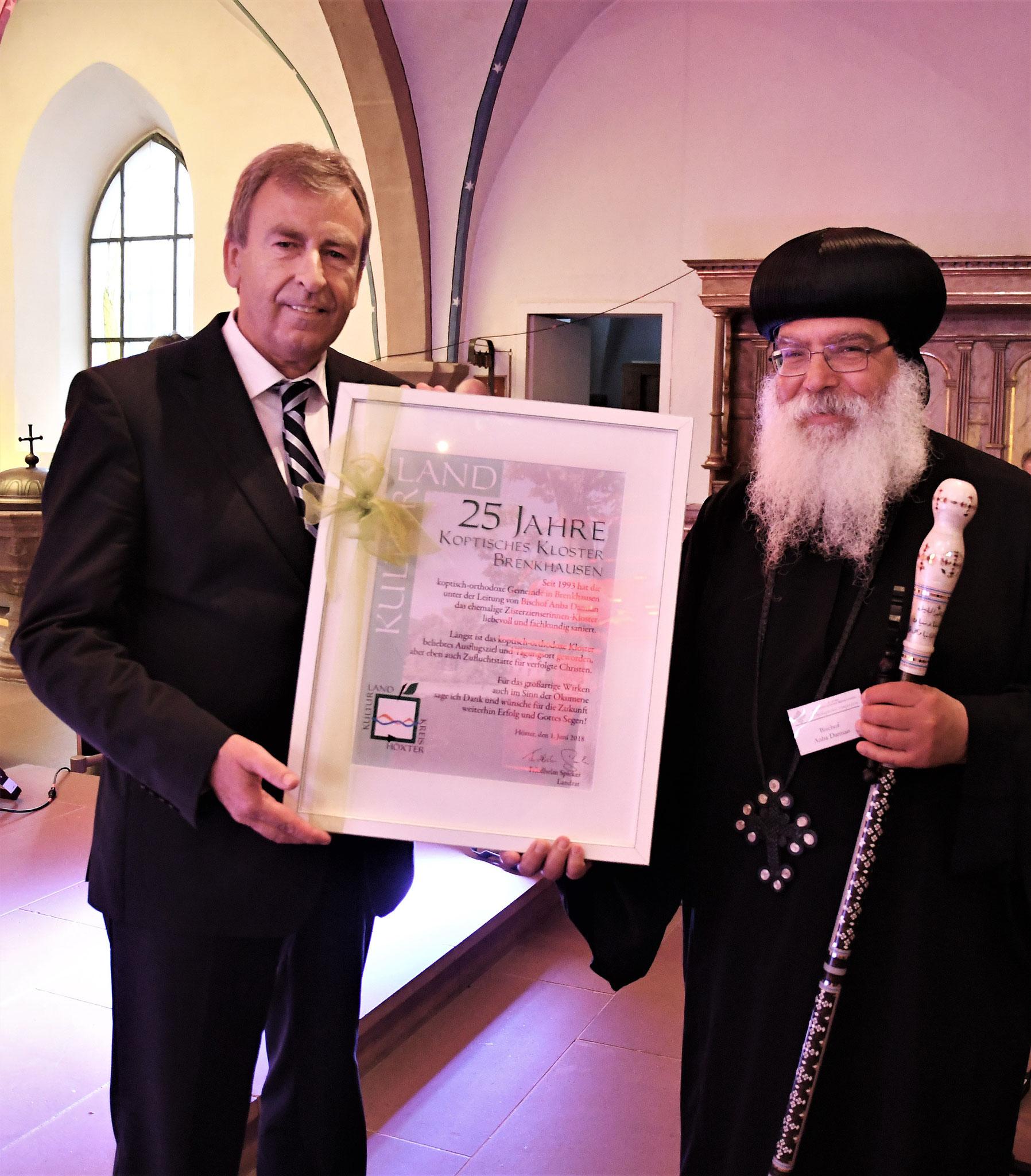 Friedhelm Spieker (MdL) und S.E. Bischof Anba Damian. Foto: Maria Hopp