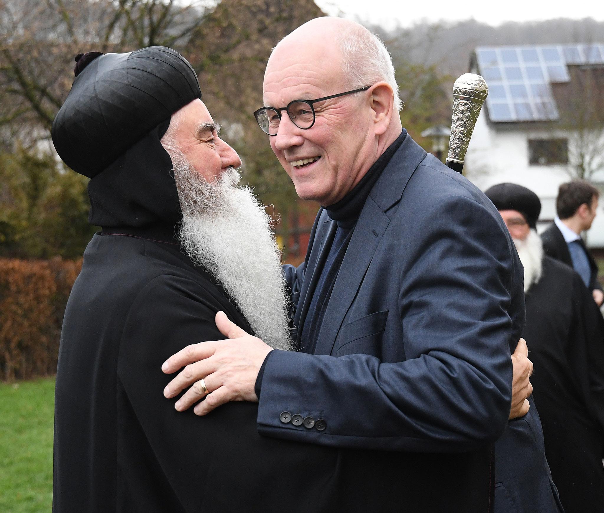 S.E. Erzbischof Dr. Julius Hanna Aydin (syrisch-orthodoxe Kirche) und Volker Kauder begrüßen einander. Foto: Maria Hopp