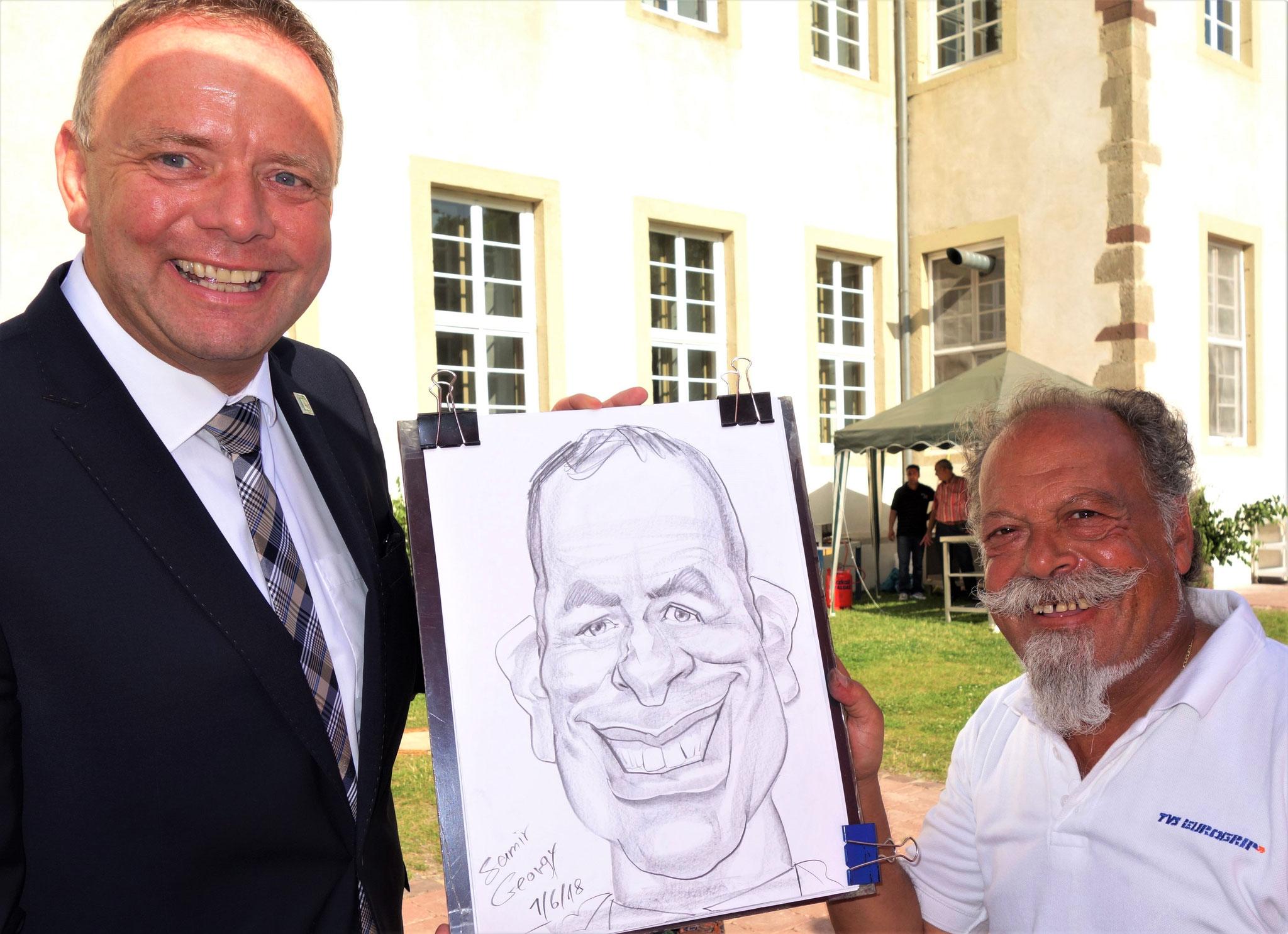 Matthias Goeken (MdL) erhält von Samir Georgy eine Karikatur. Foto: Jennifer Peppler
