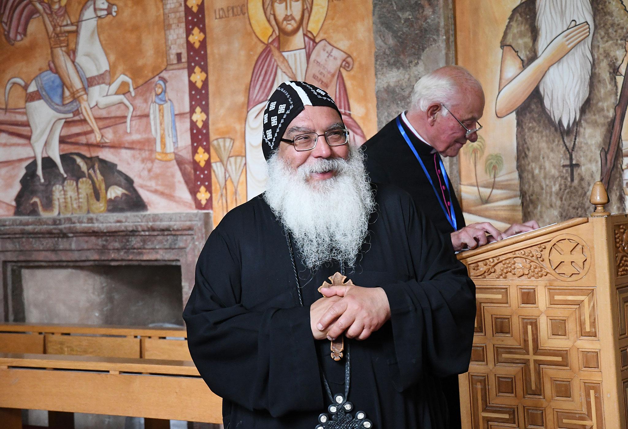 S.E. Bischof Anba Damian begrüßt die Gäste zum Mittagsgebet in der Klosterkirche. Foto: Maria Hopp