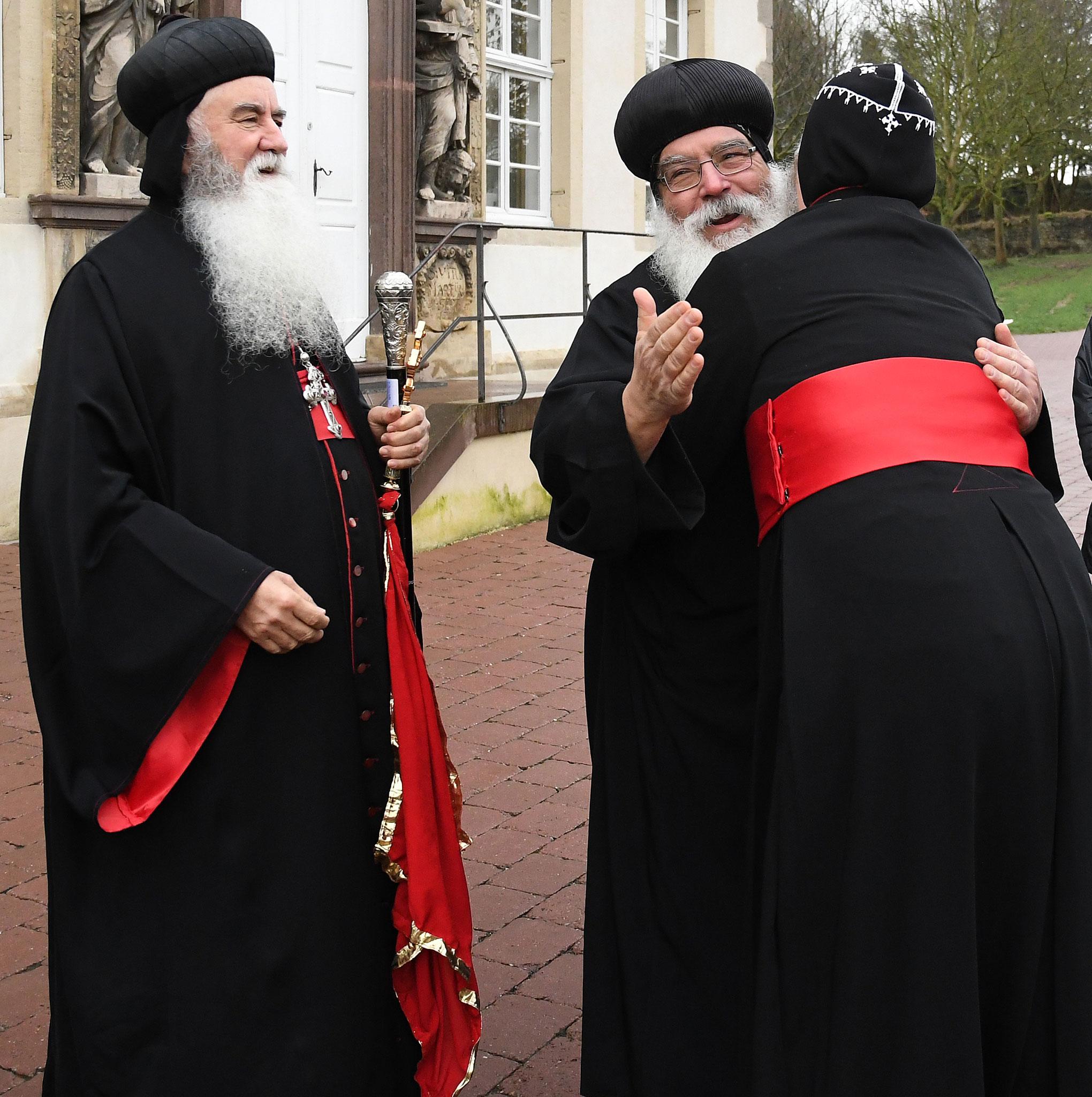 S.E. Bischof Mor Philoxenos Matthias Nayis (syrisch-orthodoxe Kirche) und S.E. Bischof Anba Damian begrüßen sich. Foto: Maria Hopp