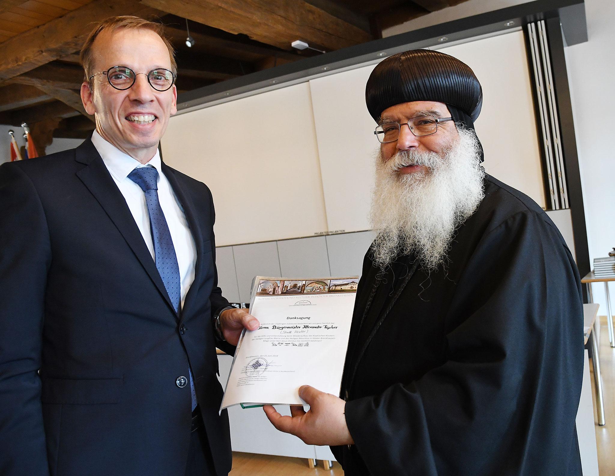 Alexander Fischer, Bürgermeister von Höxter und S.E. Bischof Anba Damian. Foto: Maria Hopp