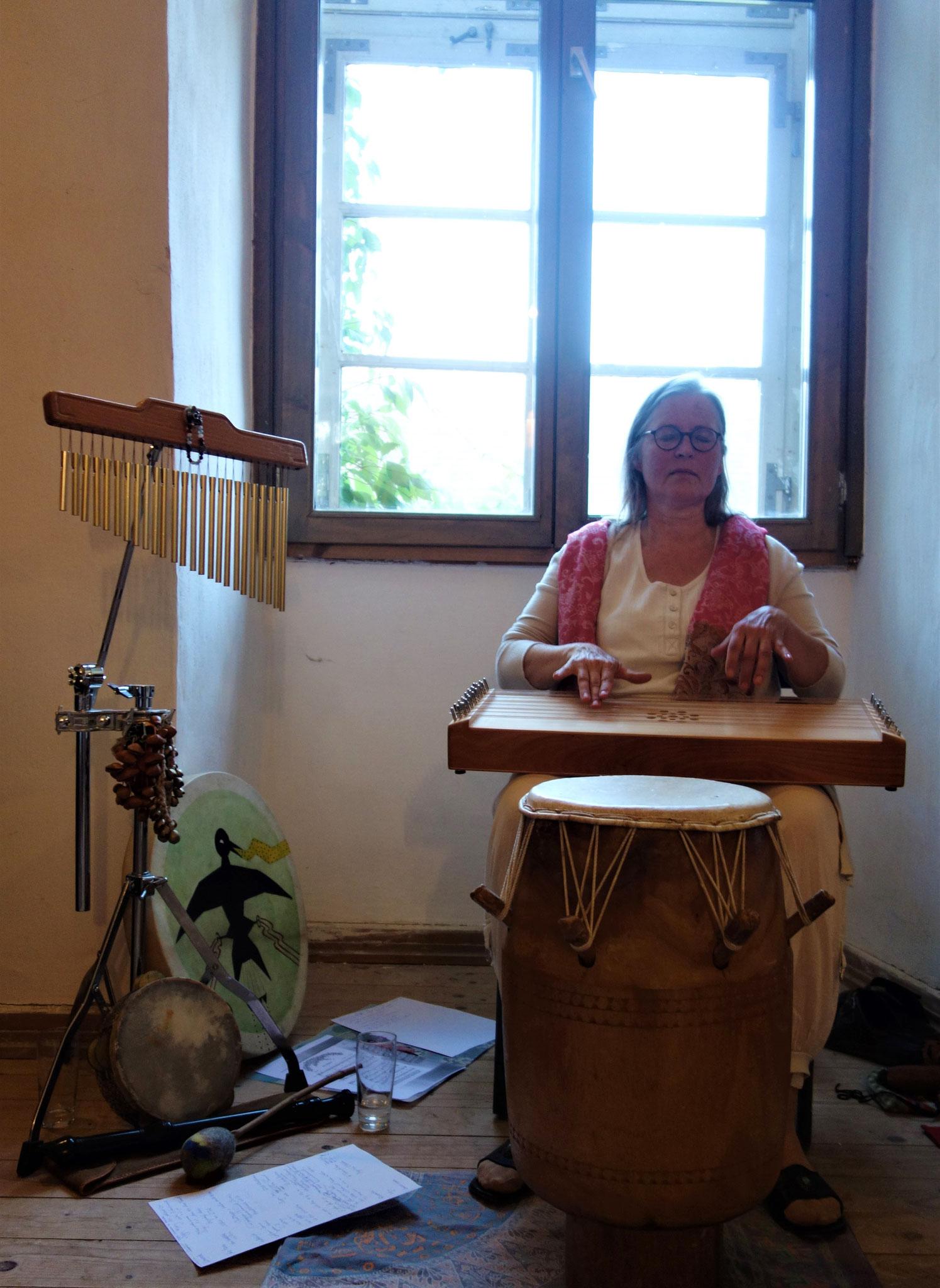 Sophia Becker spielt das Klangboard. Foto: Jennifer Peppler