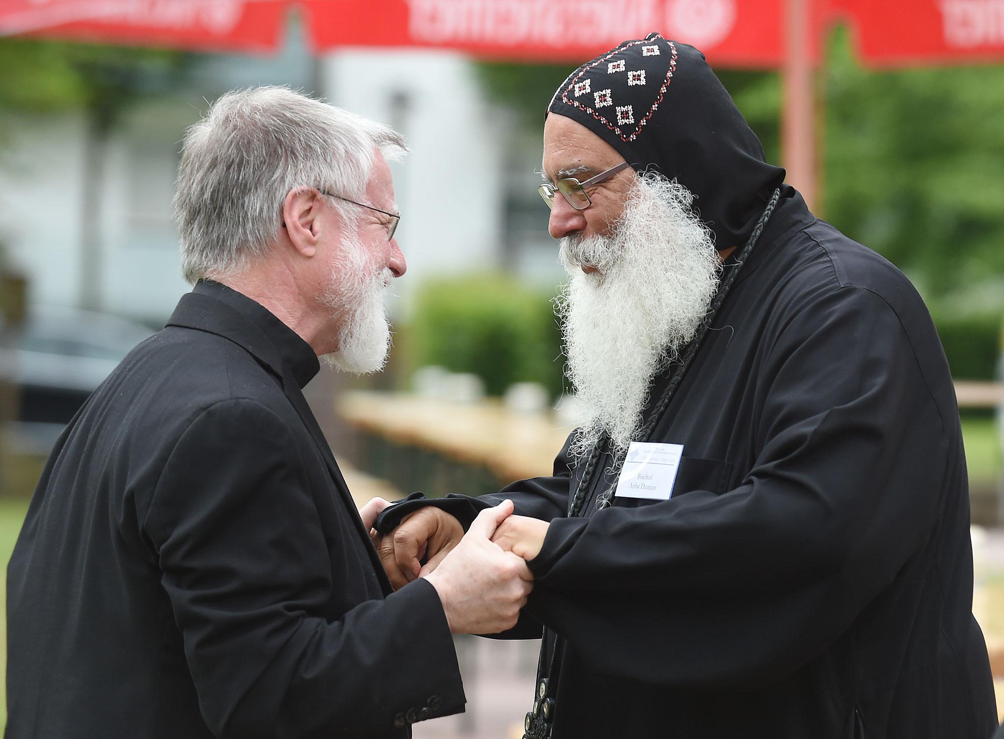 Ein Pfarrer mit S.E. Bischof Anba Damian. Foto: Maria Hopp