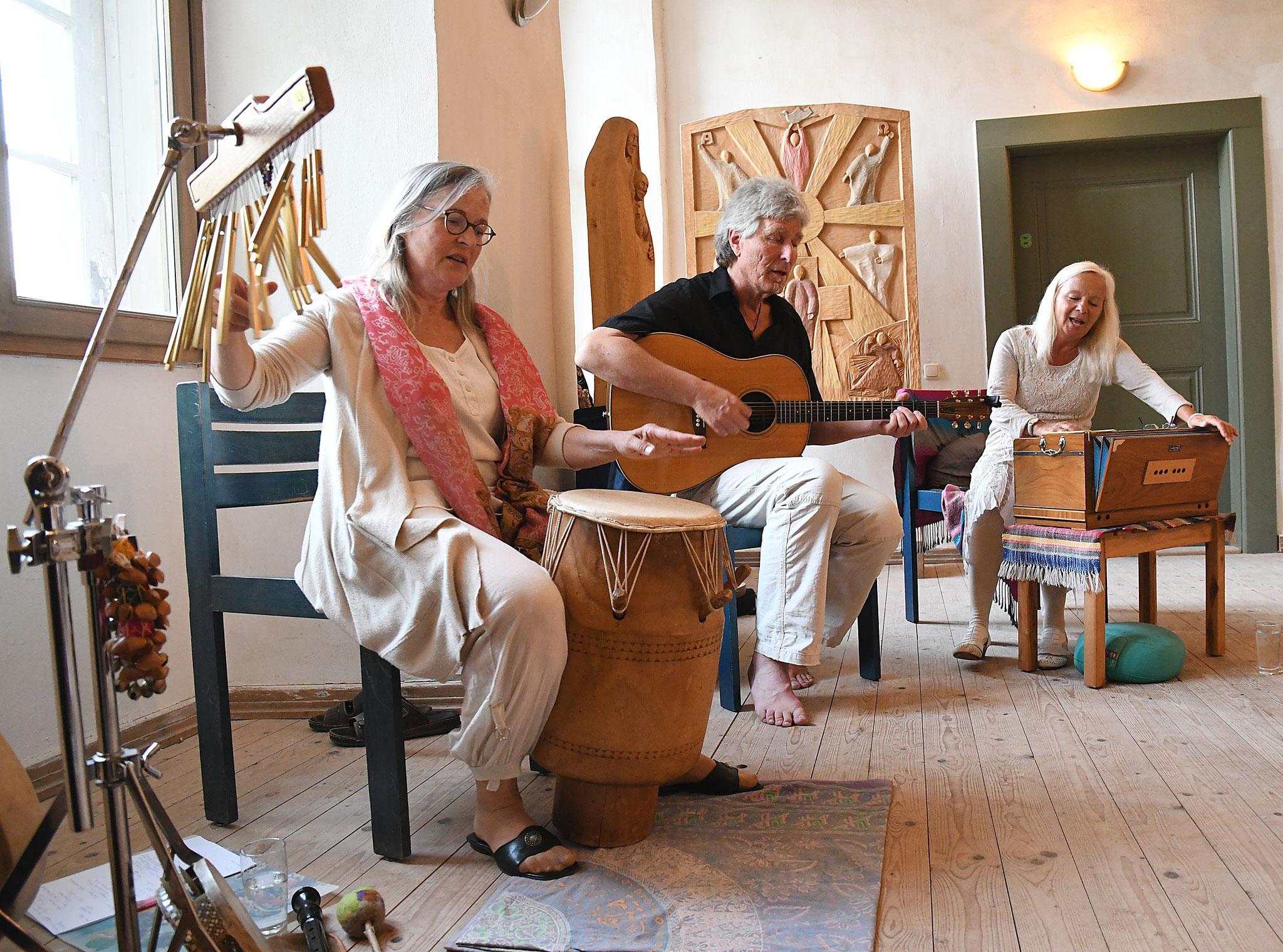 Den Abend rundete ein Konzert mit Mediativem Singen harmonisch ab. Foto: Maria Hopp