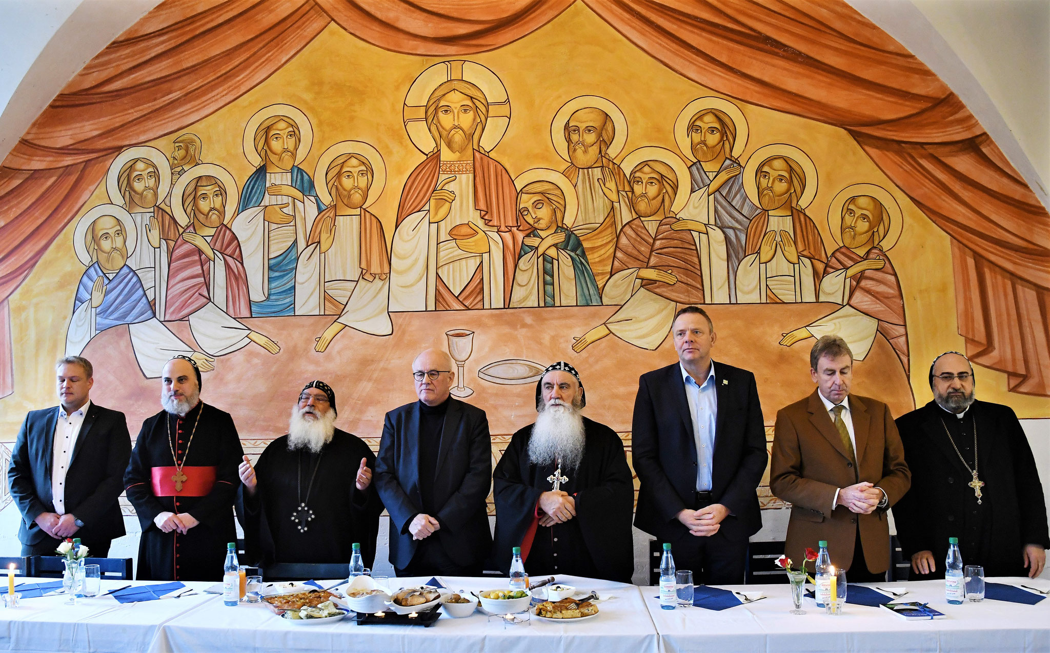 Gemeinsames Danksagungsgebet im Refektorium vor der Abendmahlszene von Dr. Stephané René. Foto: Maria Hopp