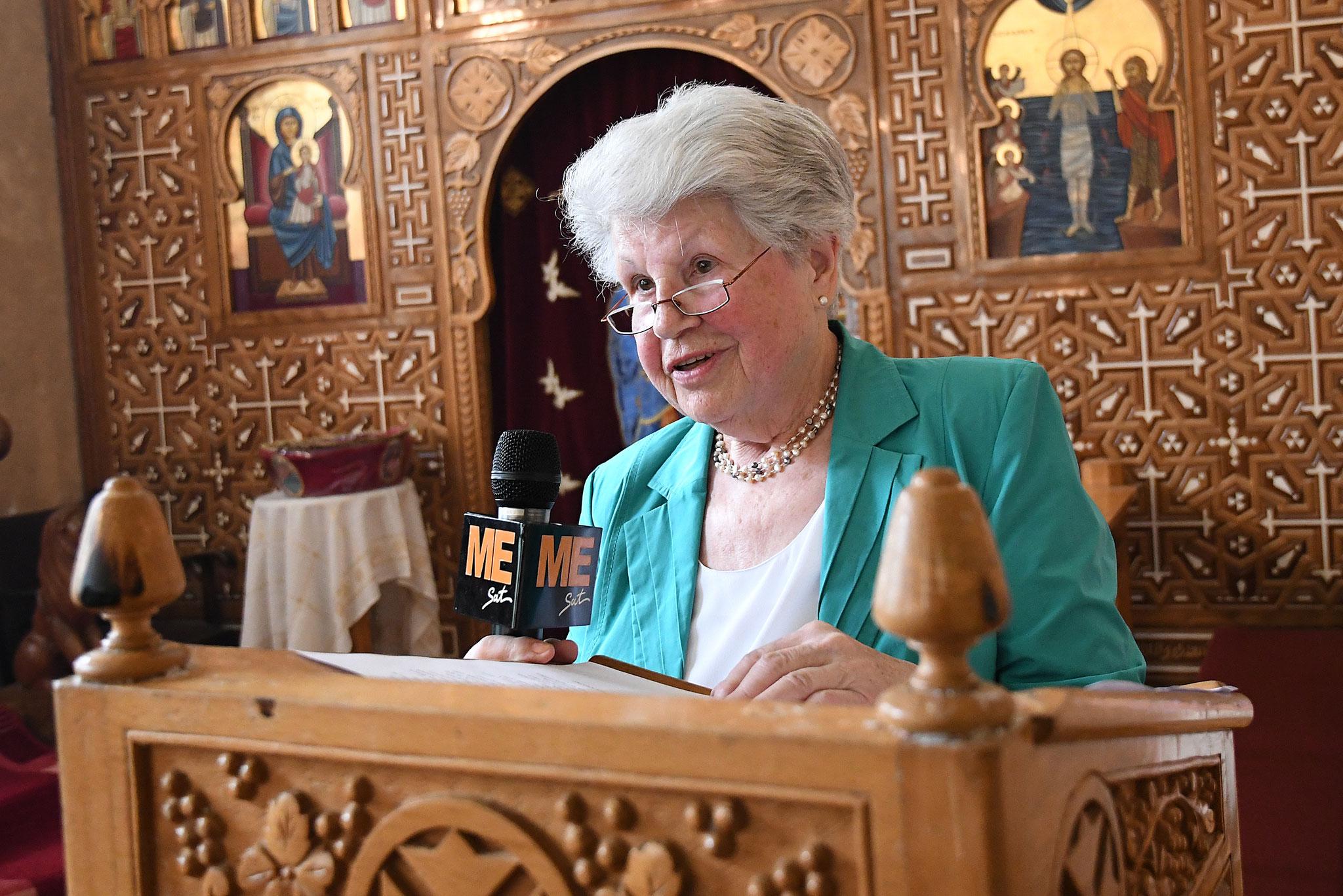 Dorothee Baumgarten, die ehemalige Bürgermeisterin von Höxter übergab damals Pater Damian den symbolischen Kloster-Schlüssel. Foto: Maria Hopp