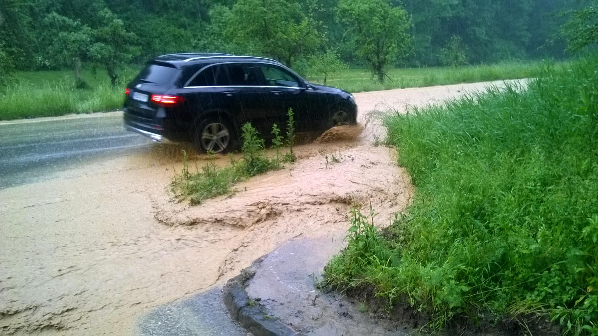 Vordergrund überschwemmter Gulli