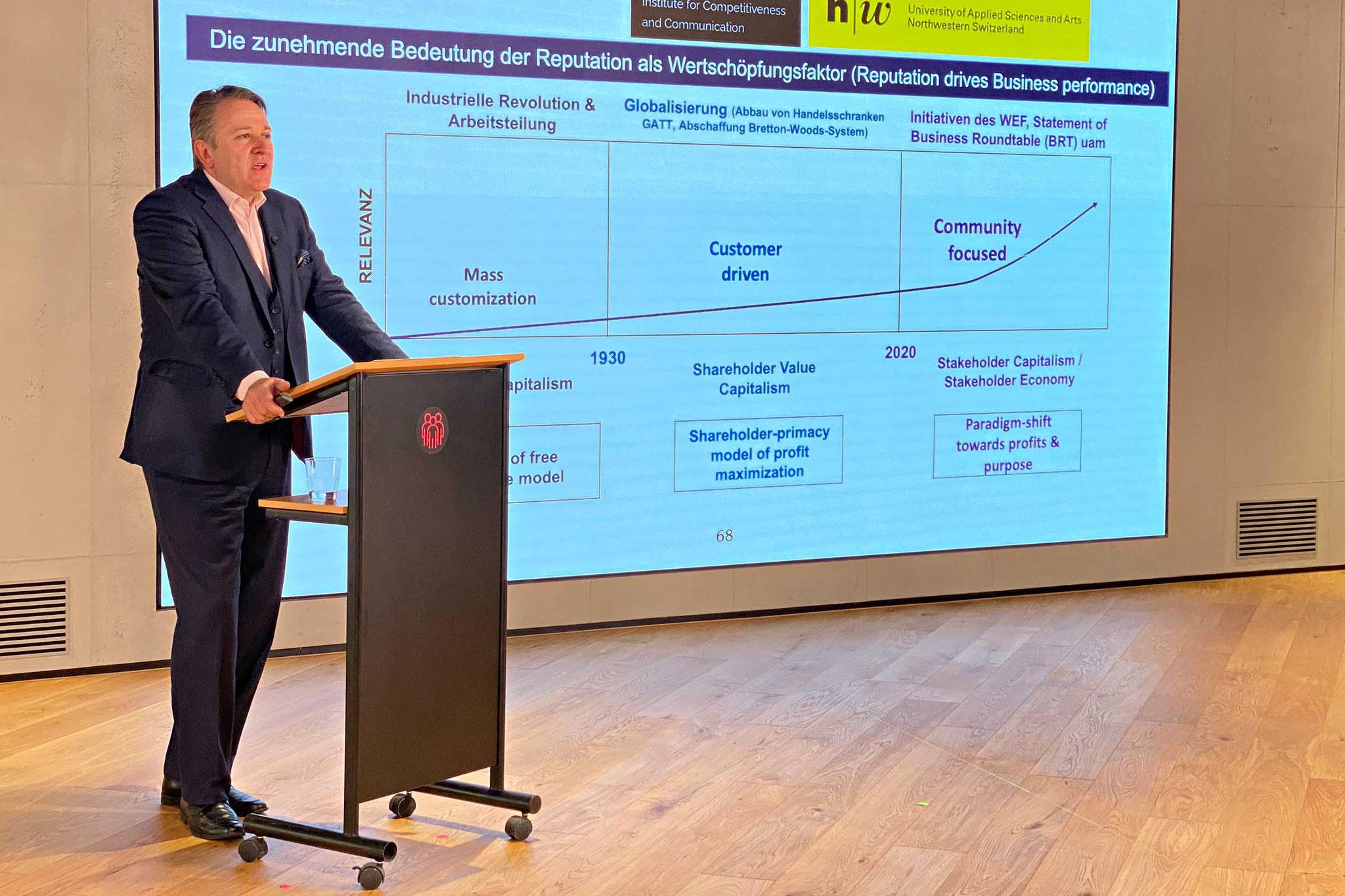 Prof. Marco Casanova erläutert den ersten CAS Reputationsmanagement, welcher ab November 2021 an der FHNW durchgeführt wird