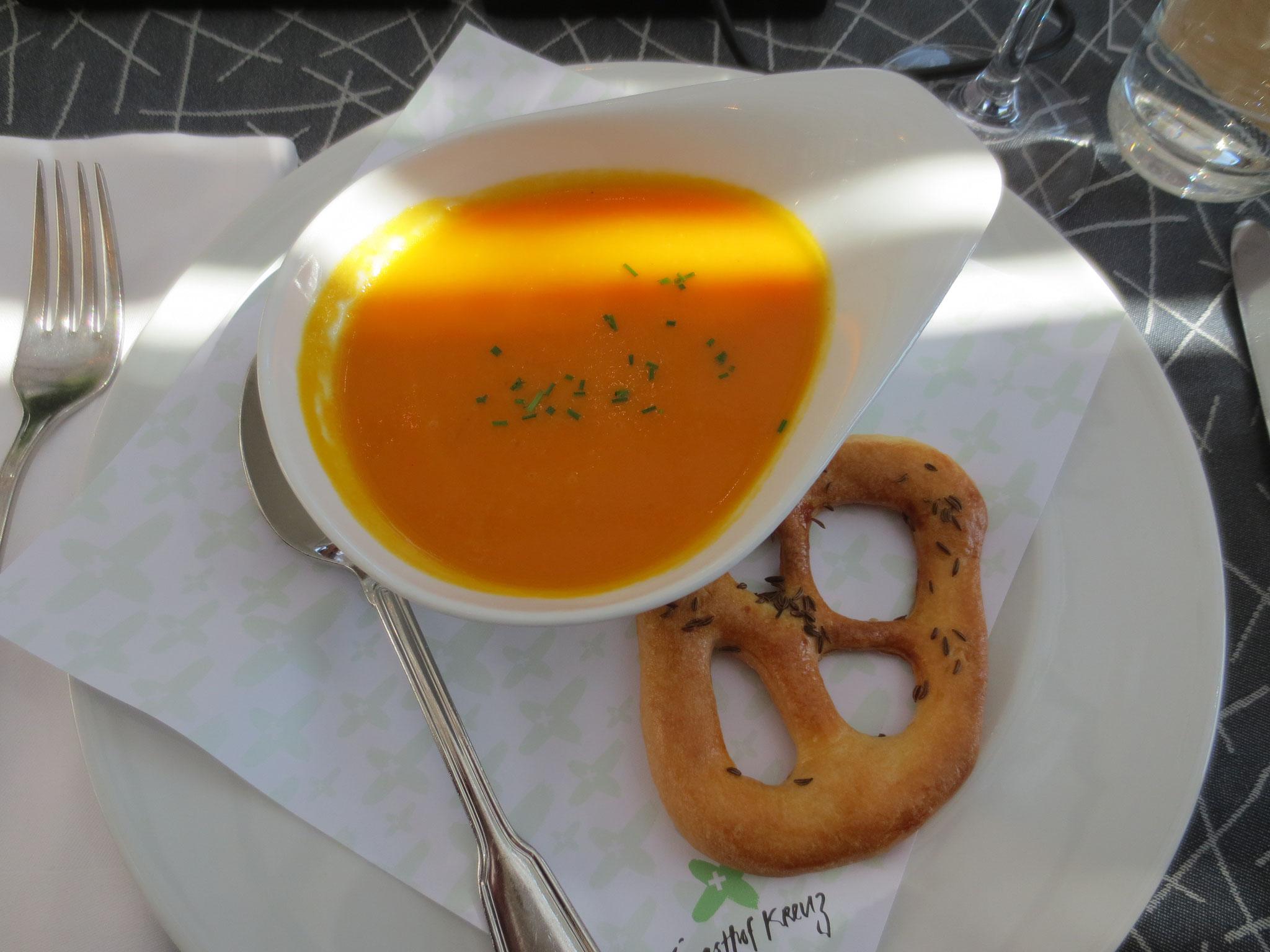 """VDSV-Business-Lunch im Hotel Gasthof Kreuz in CH-Egerkingen: Im Bild die Vorspeise Karotten-Ingewersüppchen """"Basler Fastenweihe"""""""