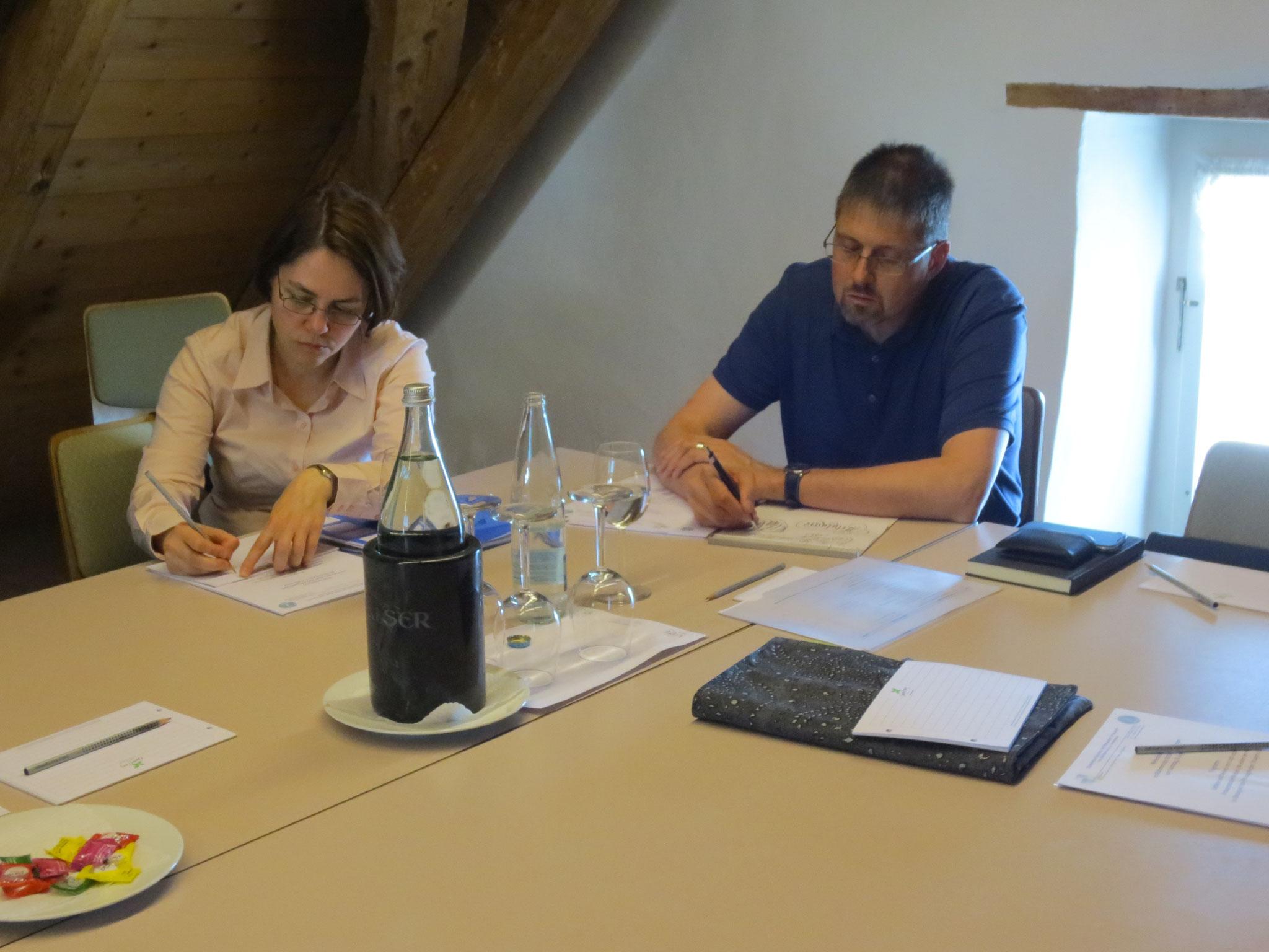 Die VDSV-Mitglieder und dipl. Straight Vitalogisten Bianka Herold (VDSV-Revisorin) und Peter Sigrist machen sich Notizen während des Vortrags
