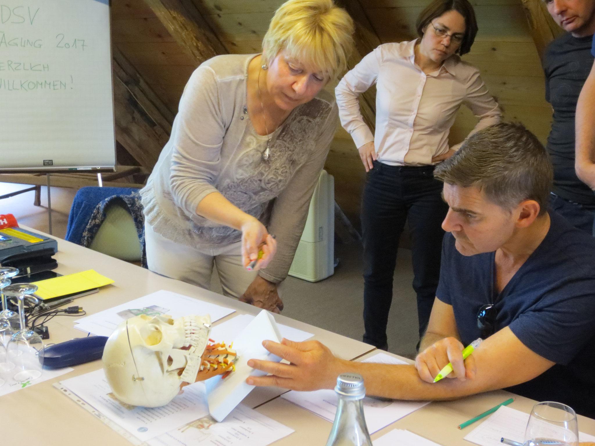 Detailunterricht wie zu Zeiten der Ausbildung an der ESSV; Konzentration bei den Tagungs-Teilnehmenden (v.l.n.r.: ) Bianka Herold, Corrado Oberto und Walter Müller