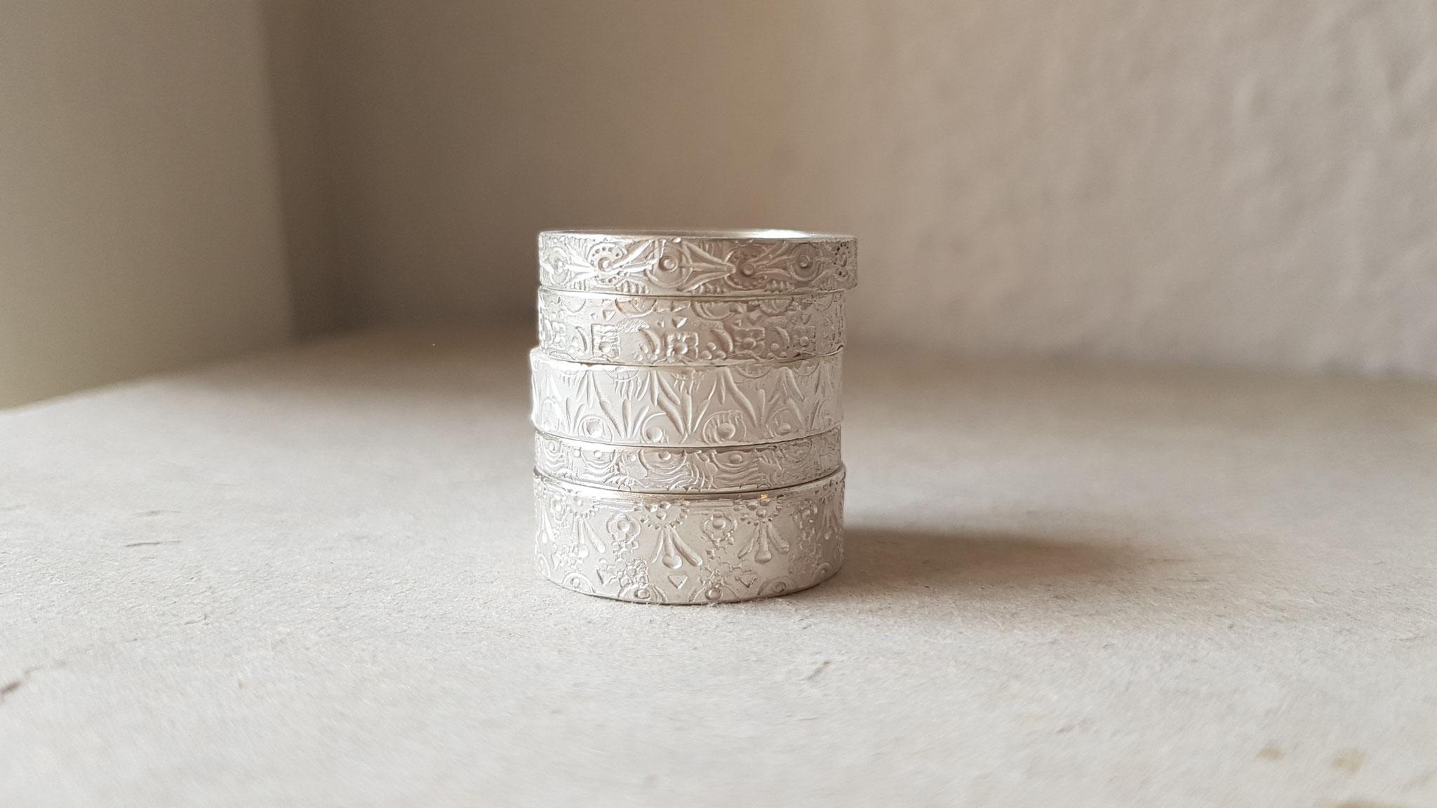 Ringe in Silber 925, ziseliert und weißgesiedet