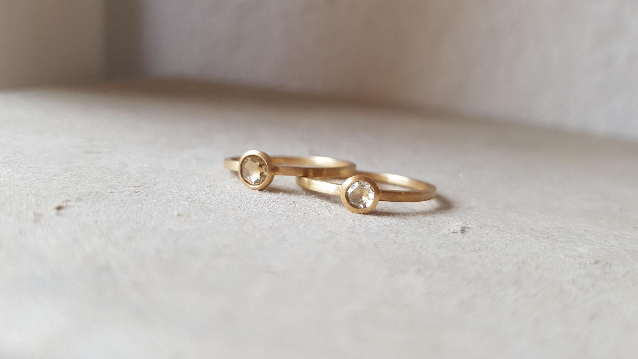 Ringe in Gelbgold 750 mit champagnerfarbenen Diamantrosen (alter Schliff)