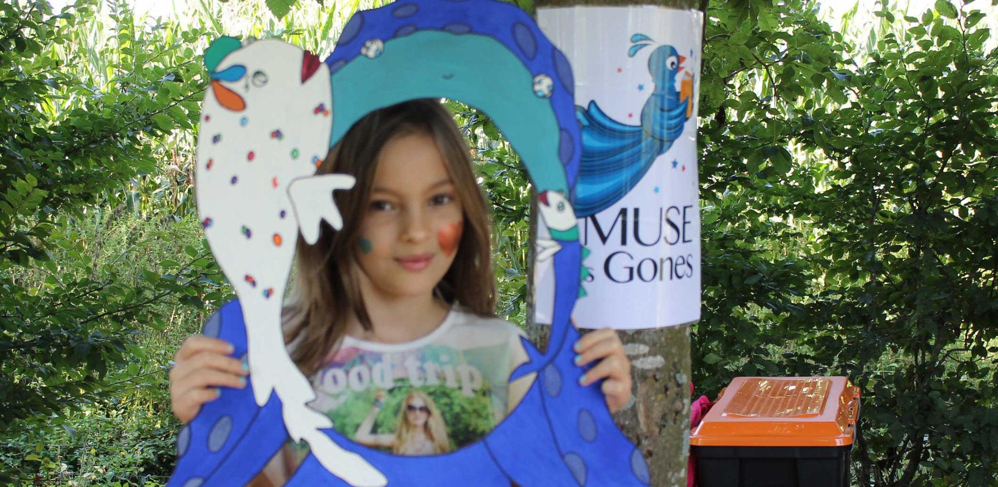 Juliette avec la silhouette photo du livre Faribole et Mistigri paru chez YIL Edition