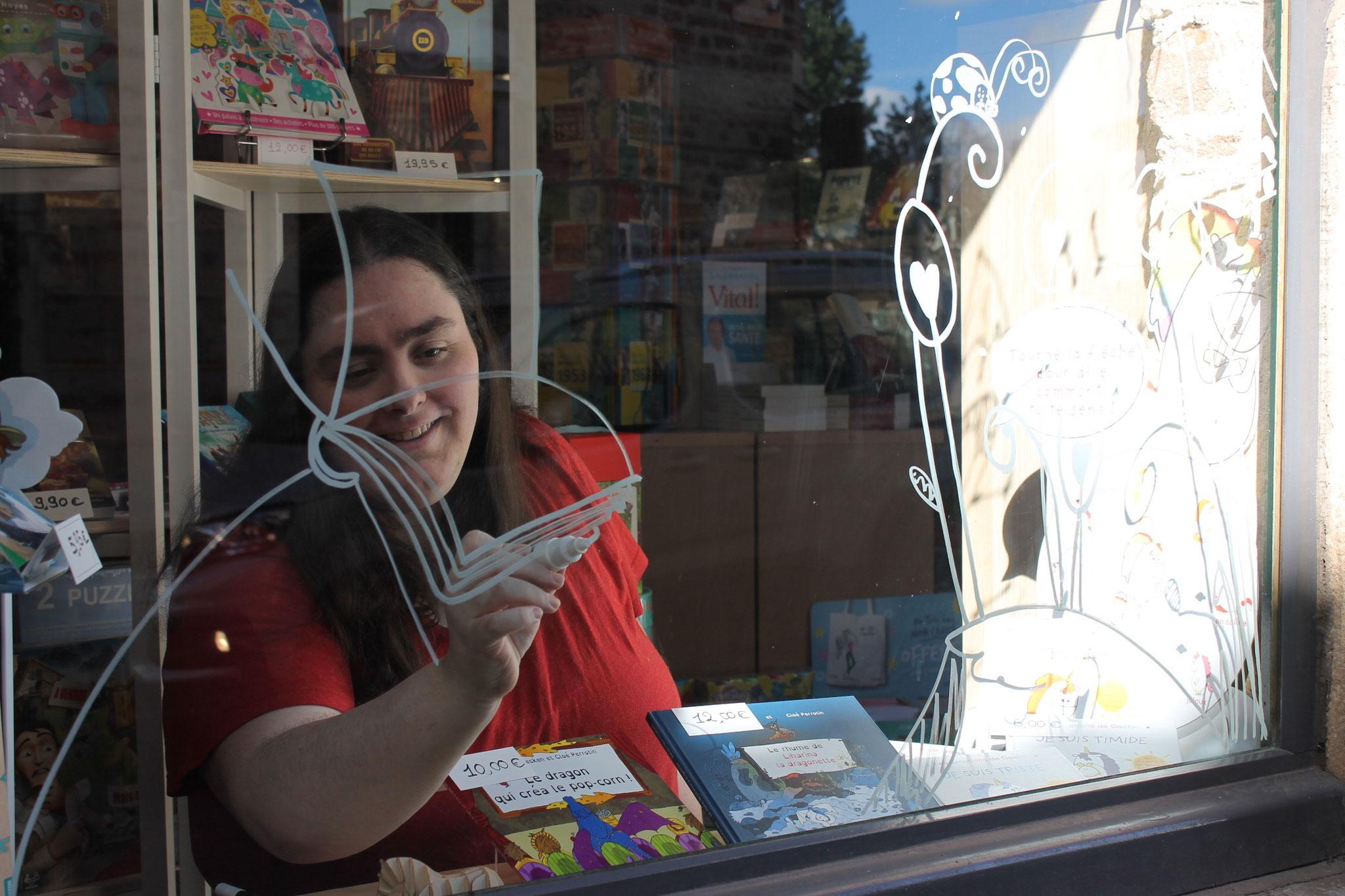 Cloé Perrotin sur le vif d'une décoration des vitrines