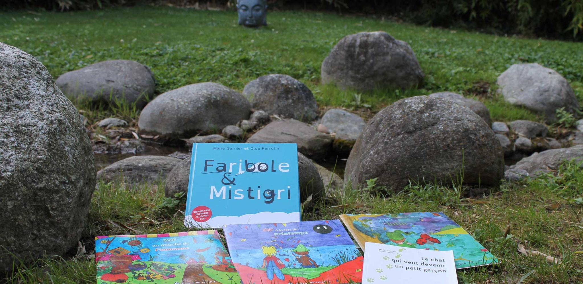 Les livres de Cloé Perrotin et la tête de Bouddha aux Jardins Aquatiques à l'été 2017