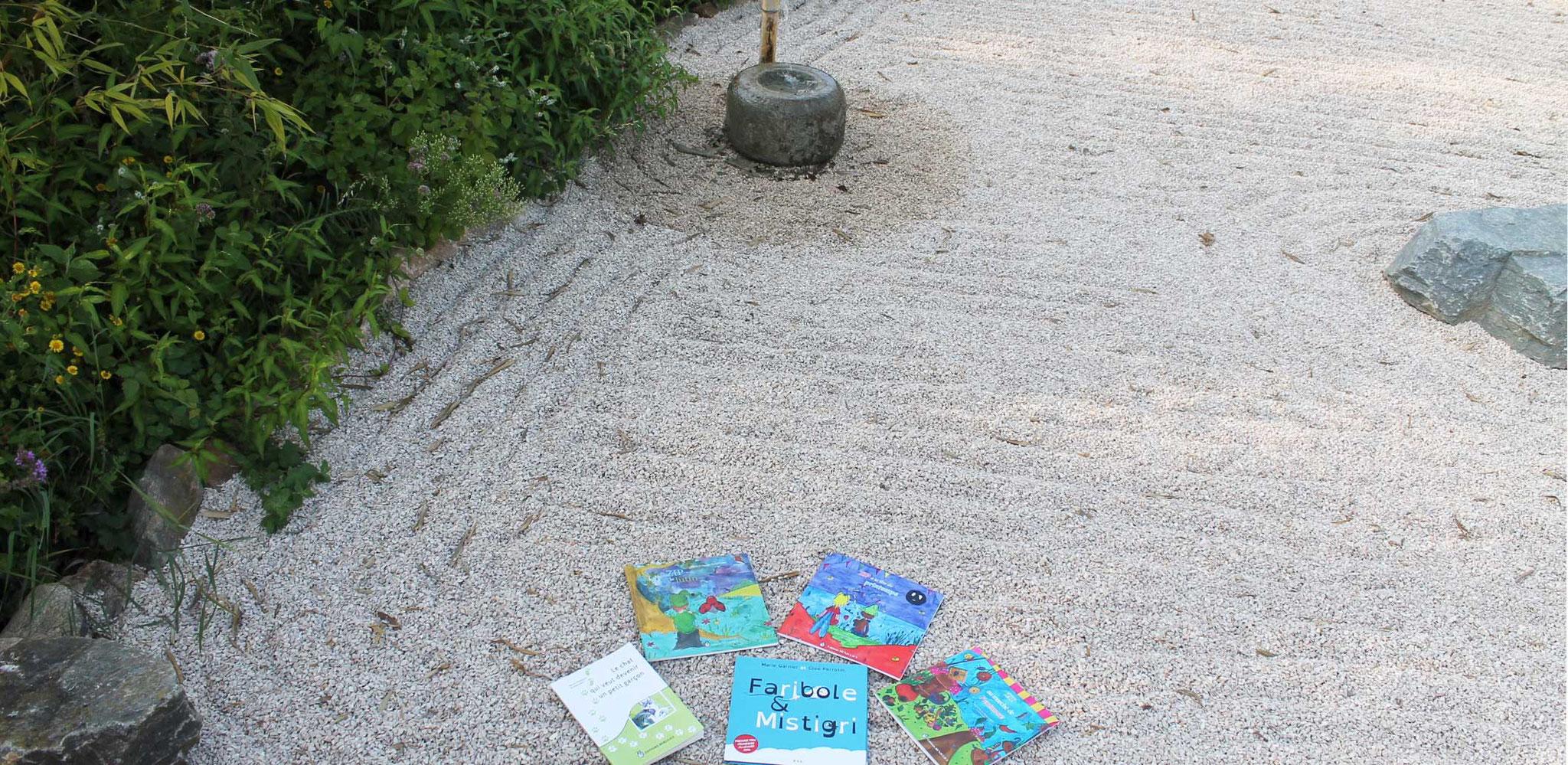 Livres de Cloé Perrotin aux Jardins Aquatiques à l'été 2017 dans le jardin zen des bonzes
