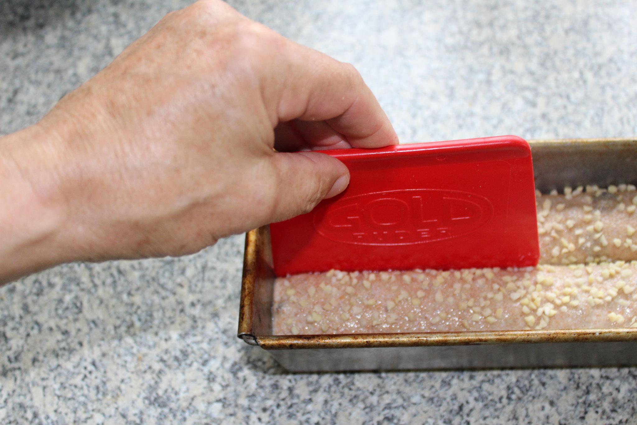 #4 mit einem geölten Teigschaber ca. 1 cm eindrücken