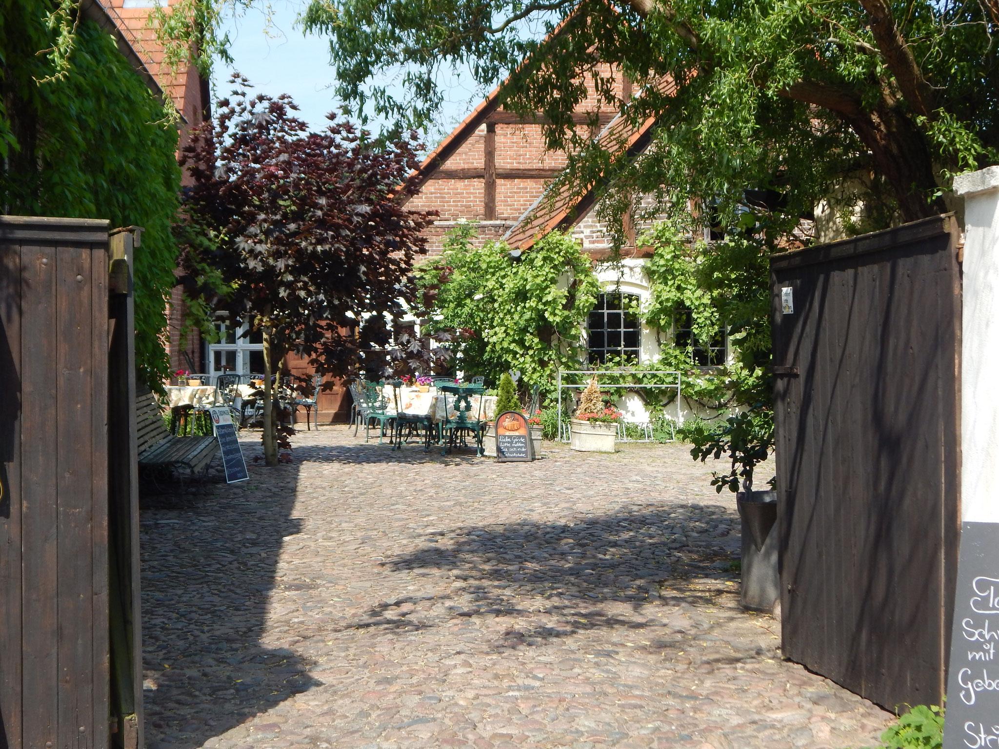 Eingang zur Idyllisch gelegenen Hofterrasse vom Hotel Alte Försterei Kloster Zinna