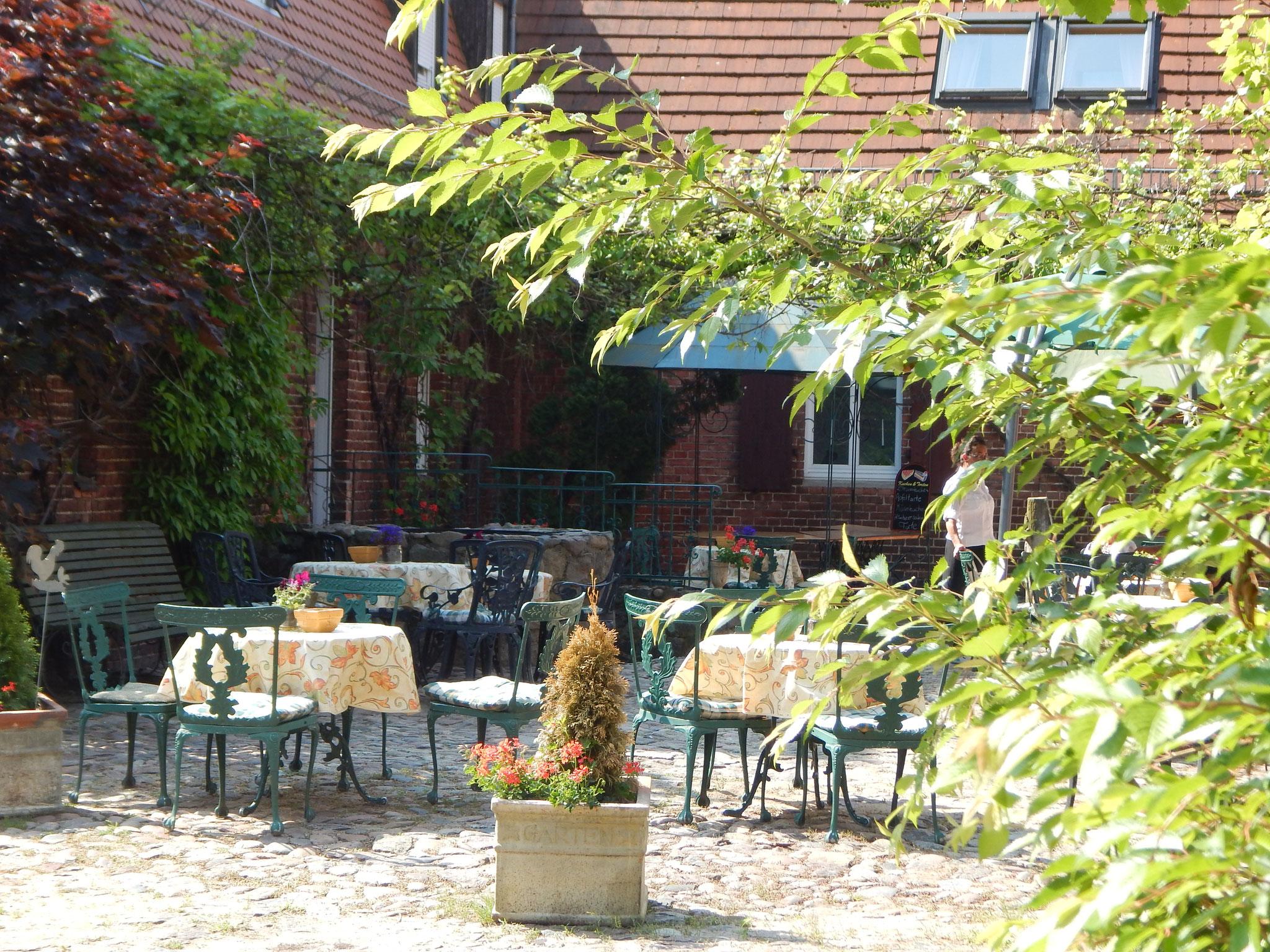 Weinberankt - die idyllische Hofterrasse im Hotel Alte Försterei Kloster Zinna