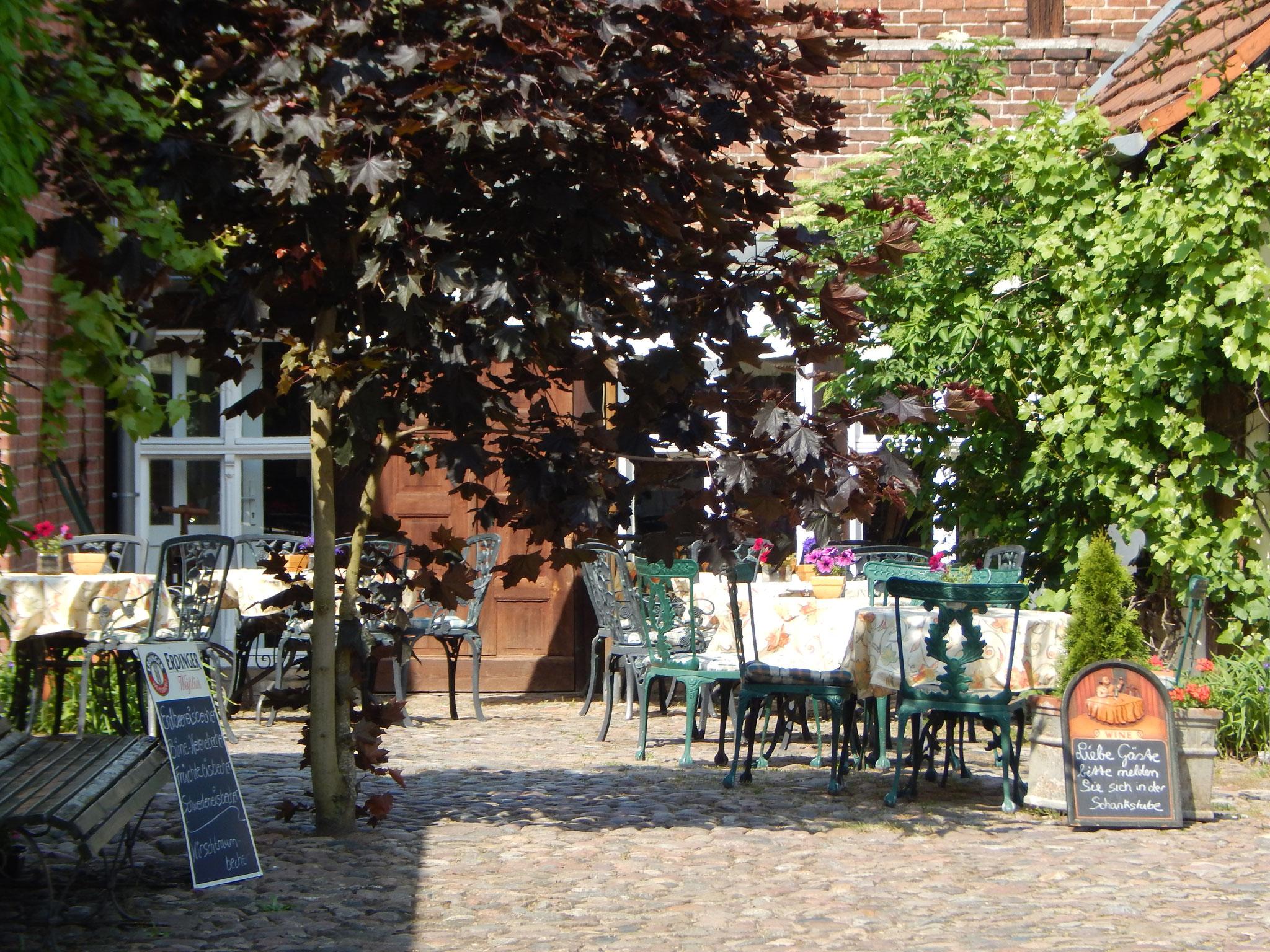 Idylischer Innenhof und Biergarten - Hotel Alte Försterei Kloster Zinna
