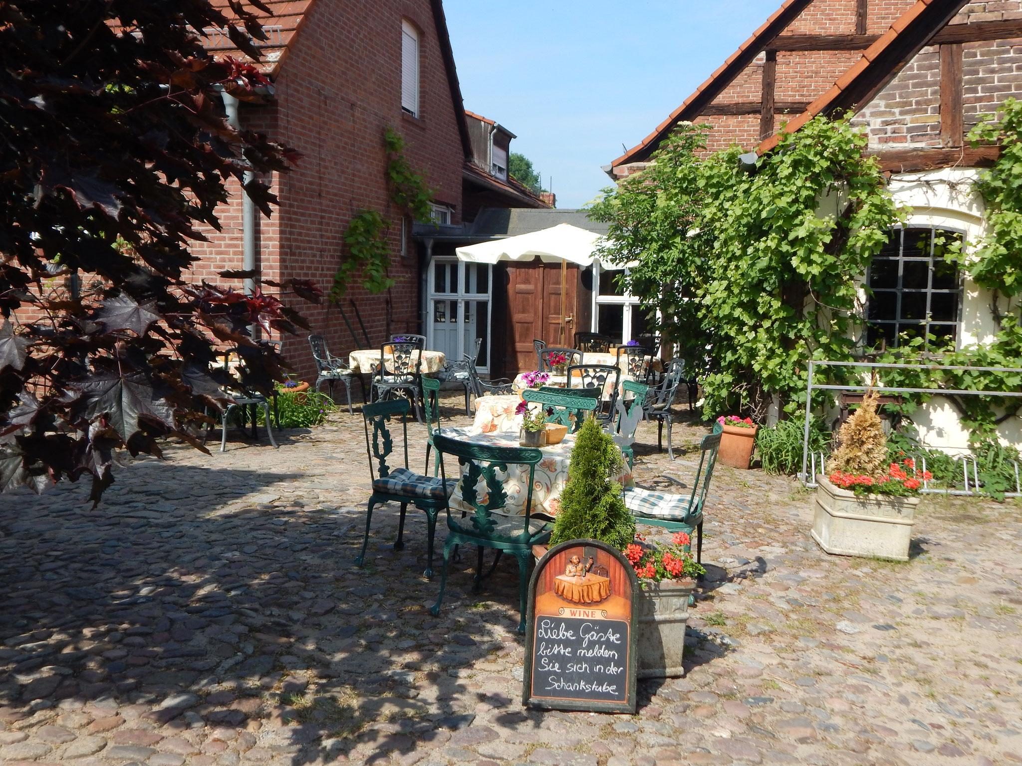 Kaffee und Kuchen oder ein Eis auf der Hofterrasse im Hotel Alter Försterei Kloster Zinna