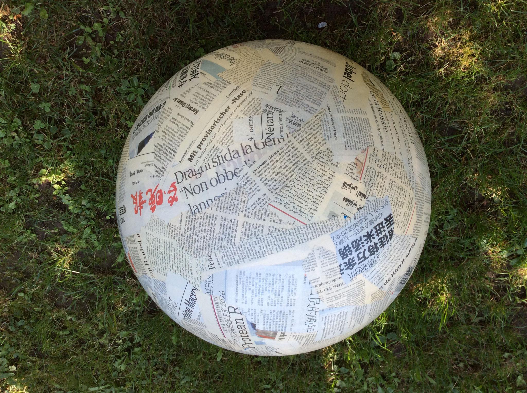 Weltkugel            Styropor/Zeitungen     ca 60cm