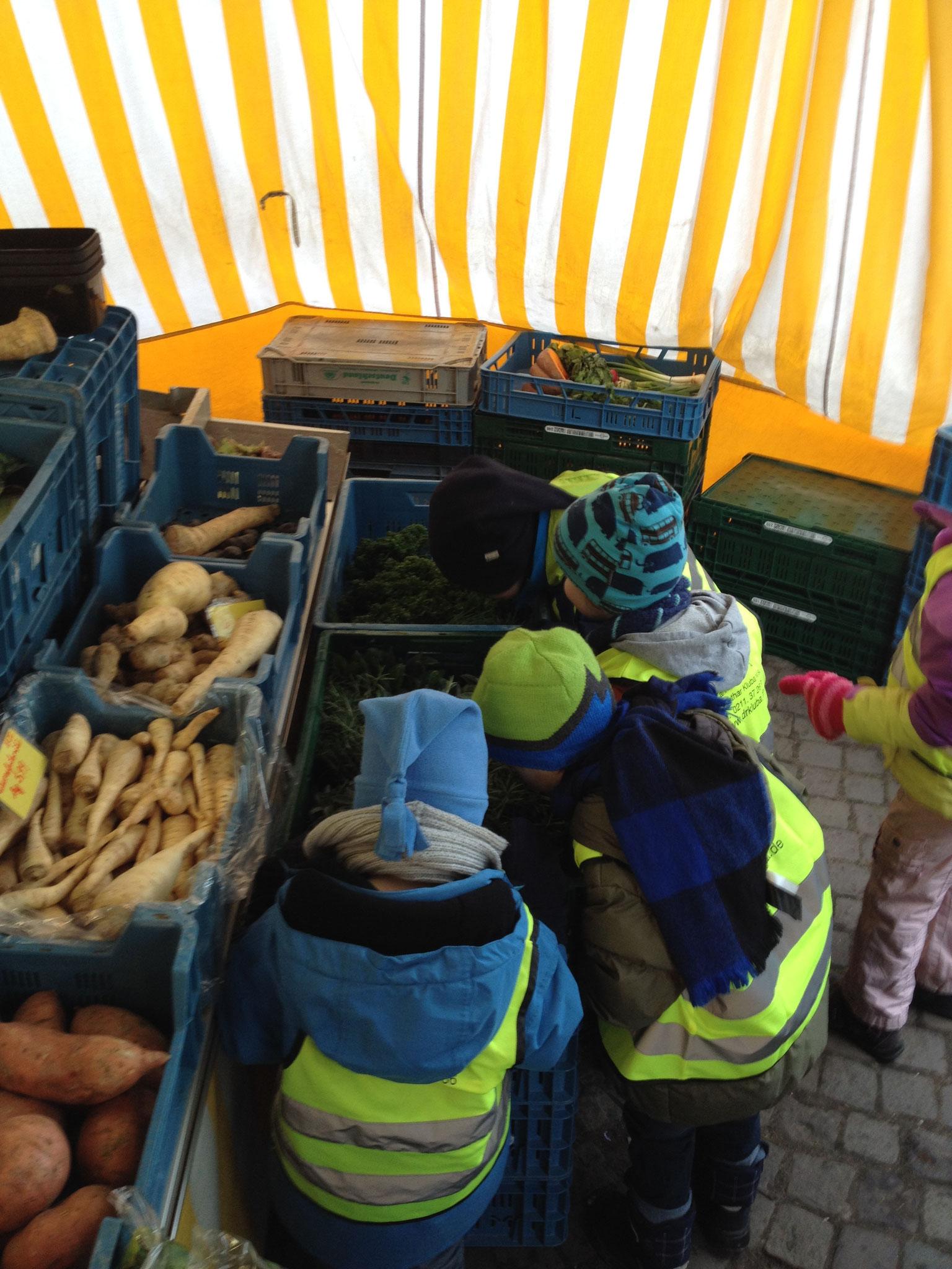 Die Kinder auf dem Wochenmarkt