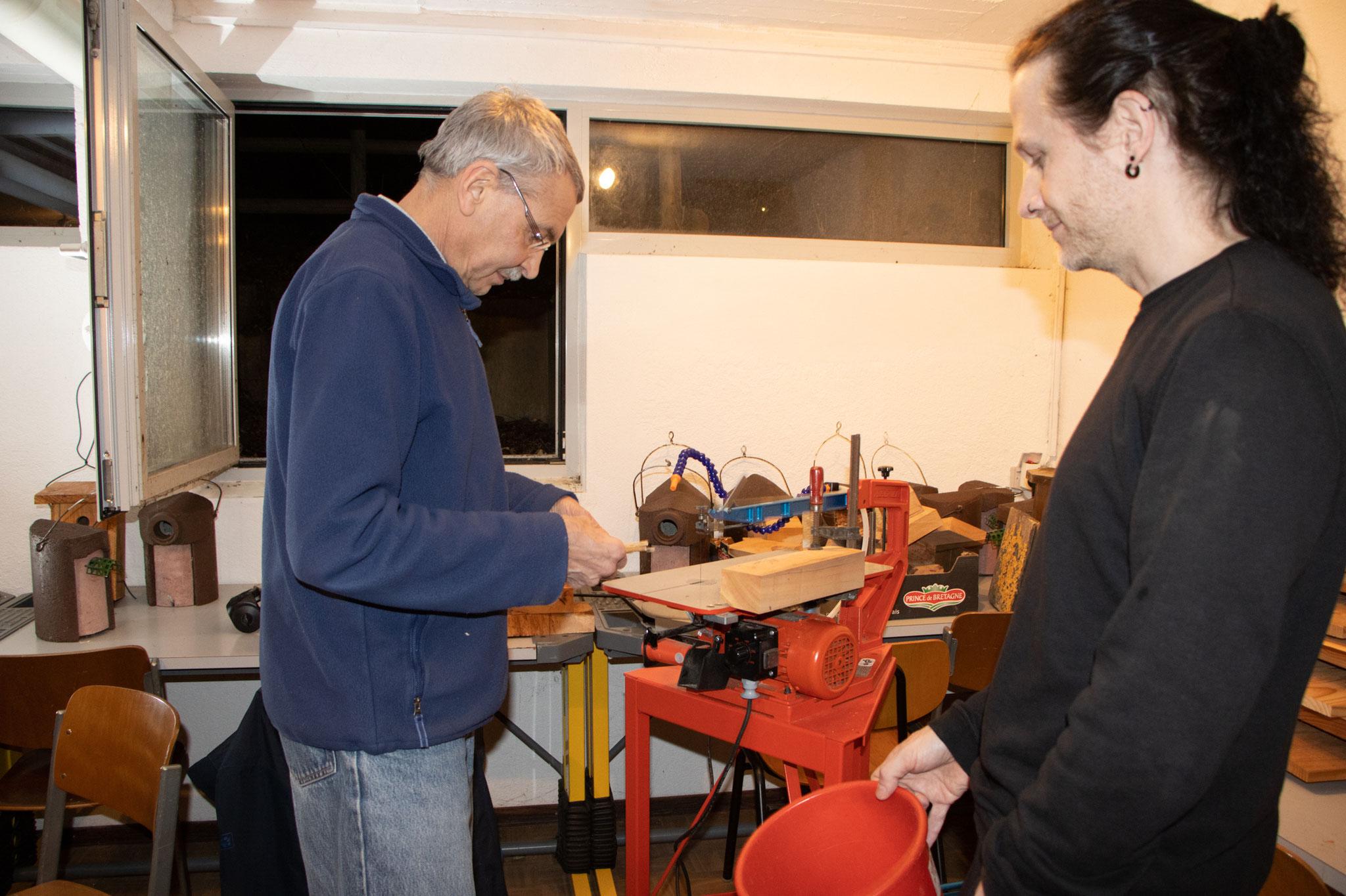 Andreas sägt jeden Schilfhalm auf die richtige Länge (Foto: B. Budig)