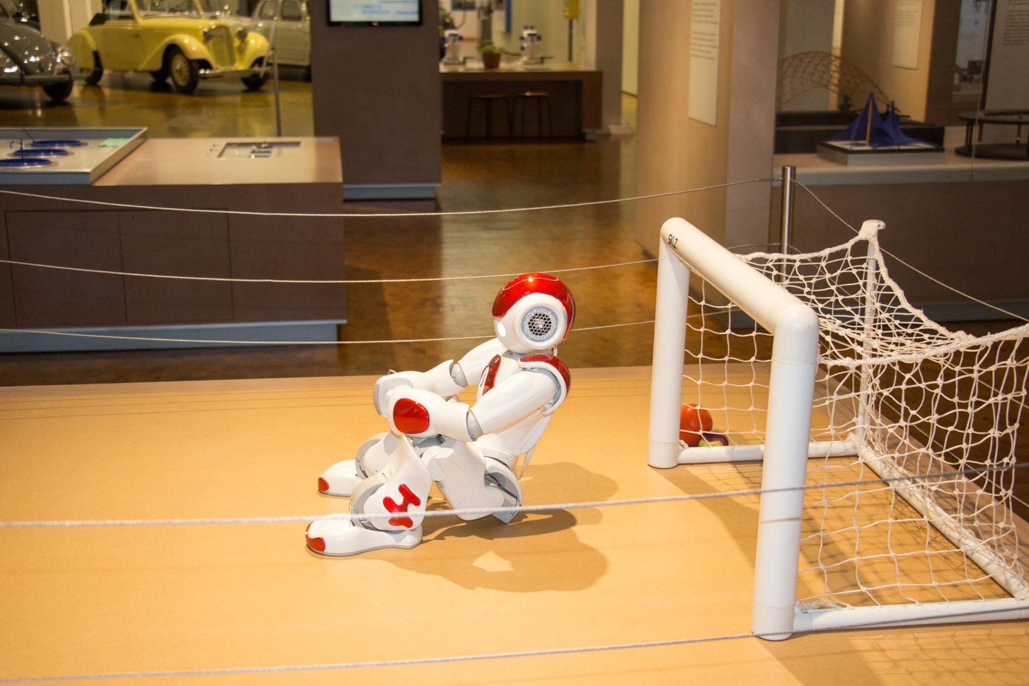 Ein Roboter, der Fußball spielen kann