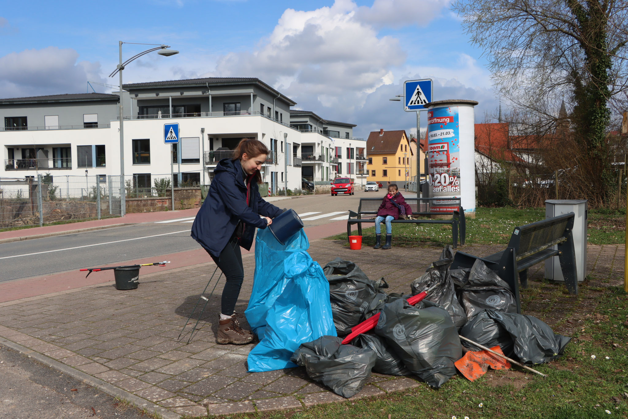 Gefüllte Müllsäcke zum abholen bereit (Foto: B. Budig)
