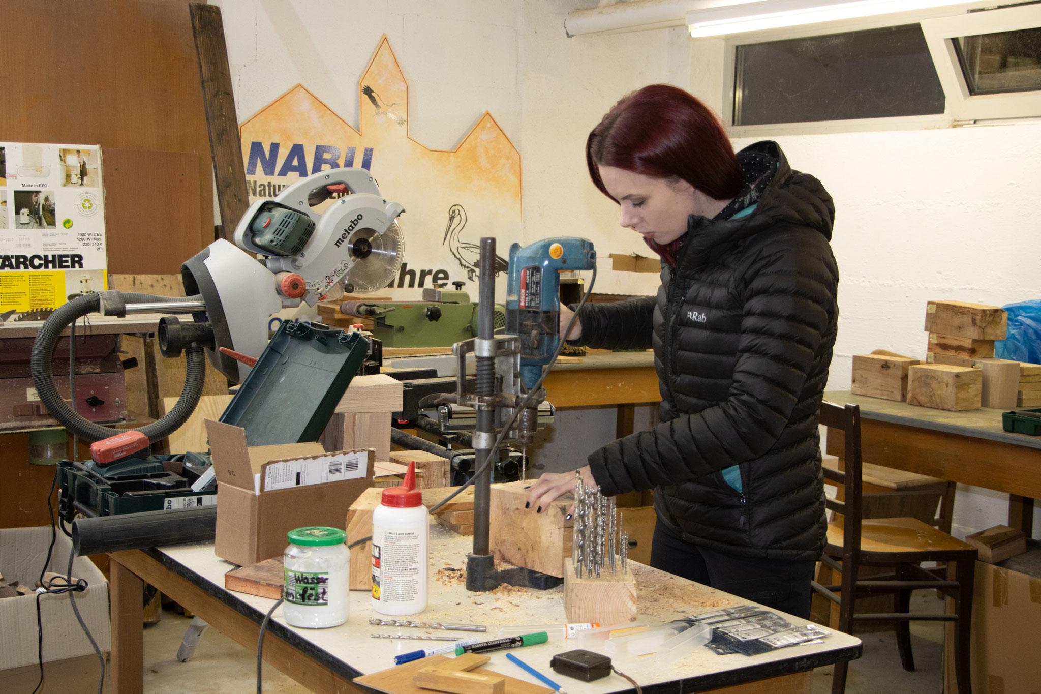Svenja bohrt Löcher mit der Standbohrmaschine (Foto: B. Budig)