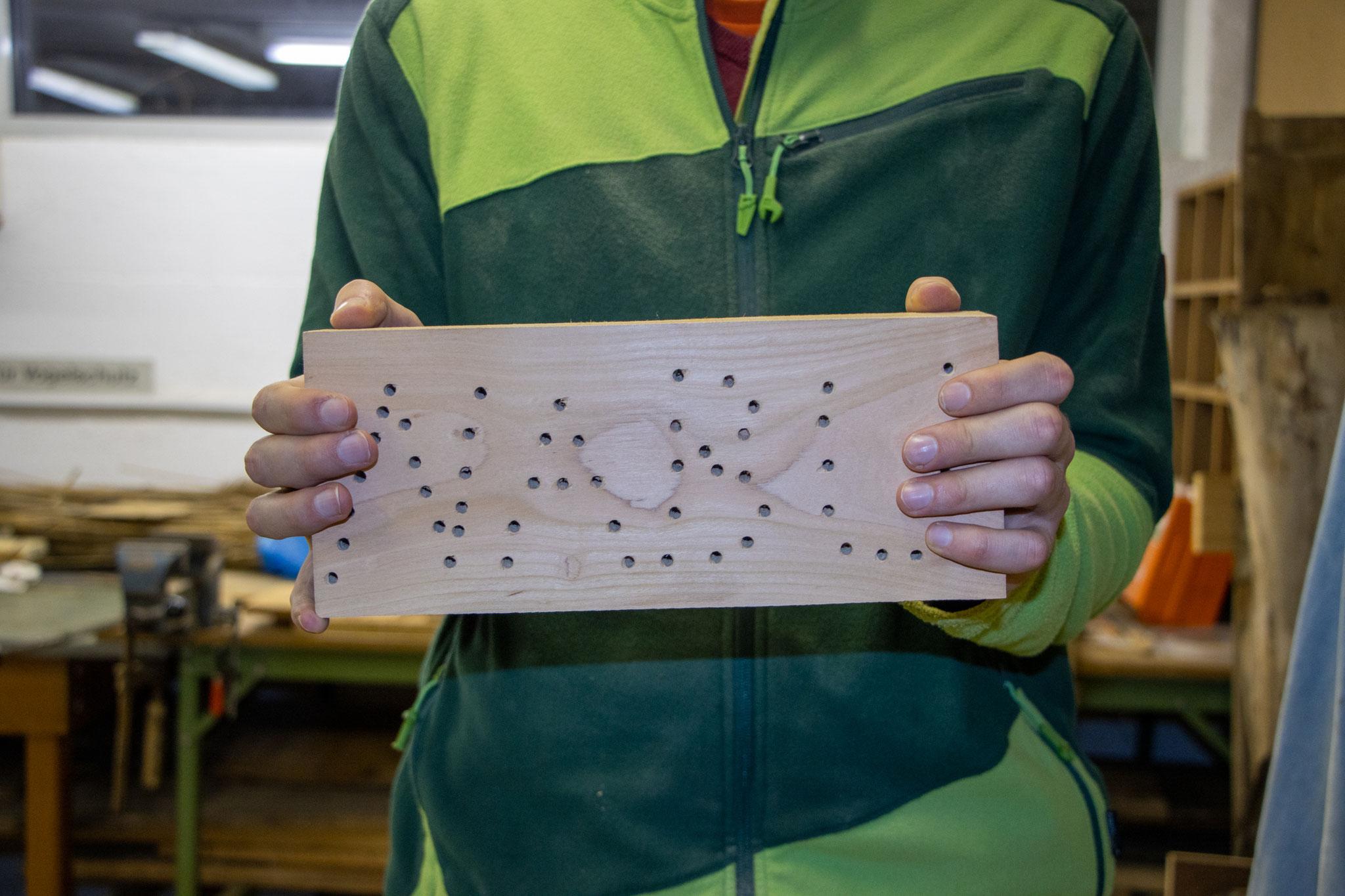 Der Holzblock mit dem NABU-Schriftzug (Foto: B. Budi)