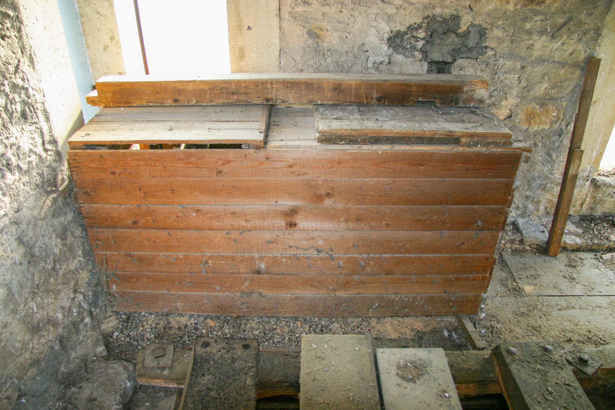 Großer Kasten im Kirchturm vor der Renovierung
