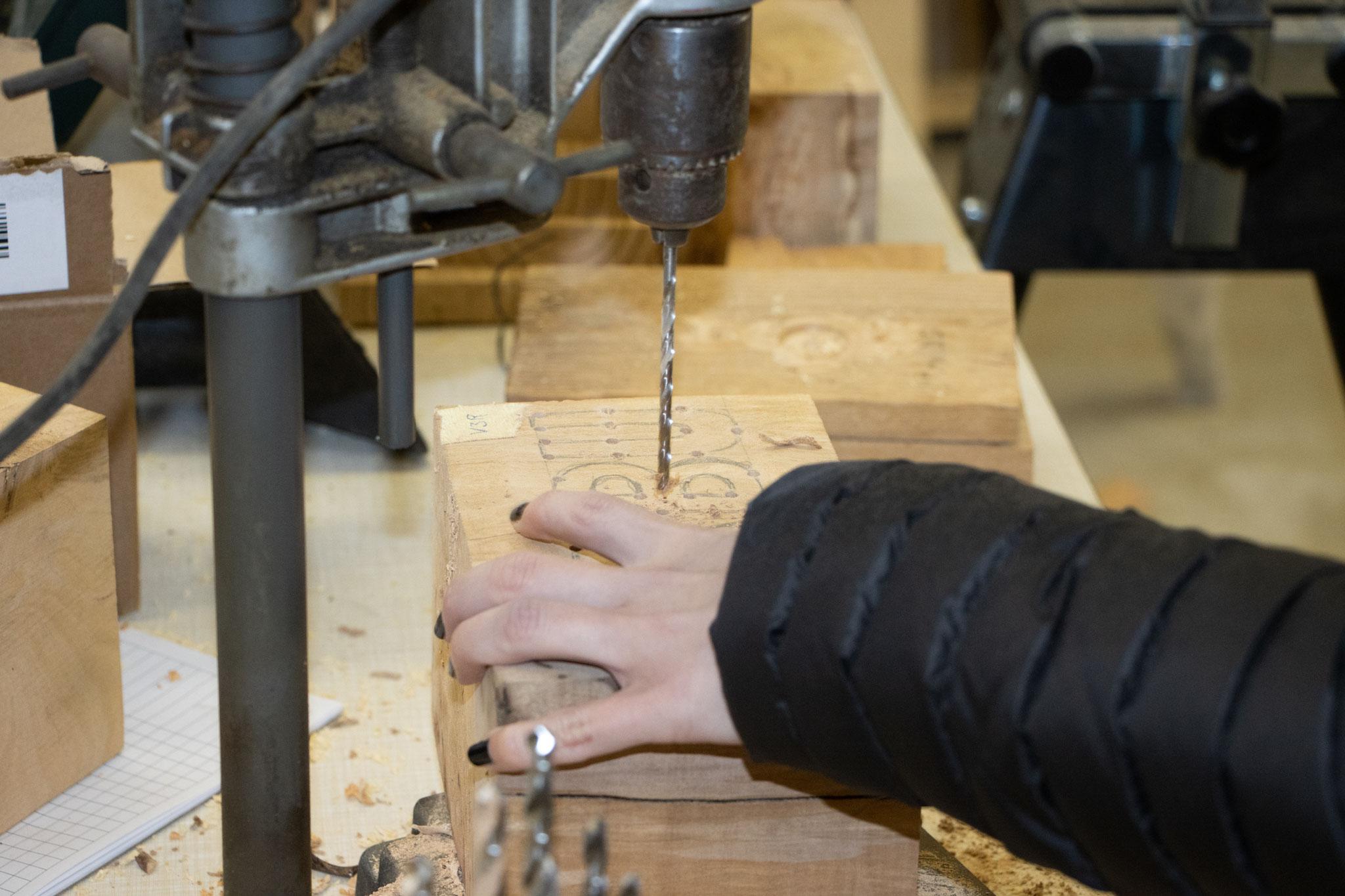 Ein ganz besonderer Holzblock wird hier bearbeitet (Foto: B. Budig)