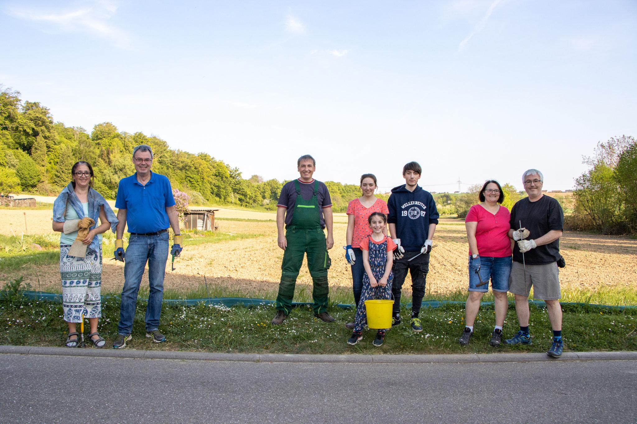 Alle felißigen Helfer von Familie Drös und Familie Budig beim Abbau mit nötigem Abstand (Foto: B. Budig)