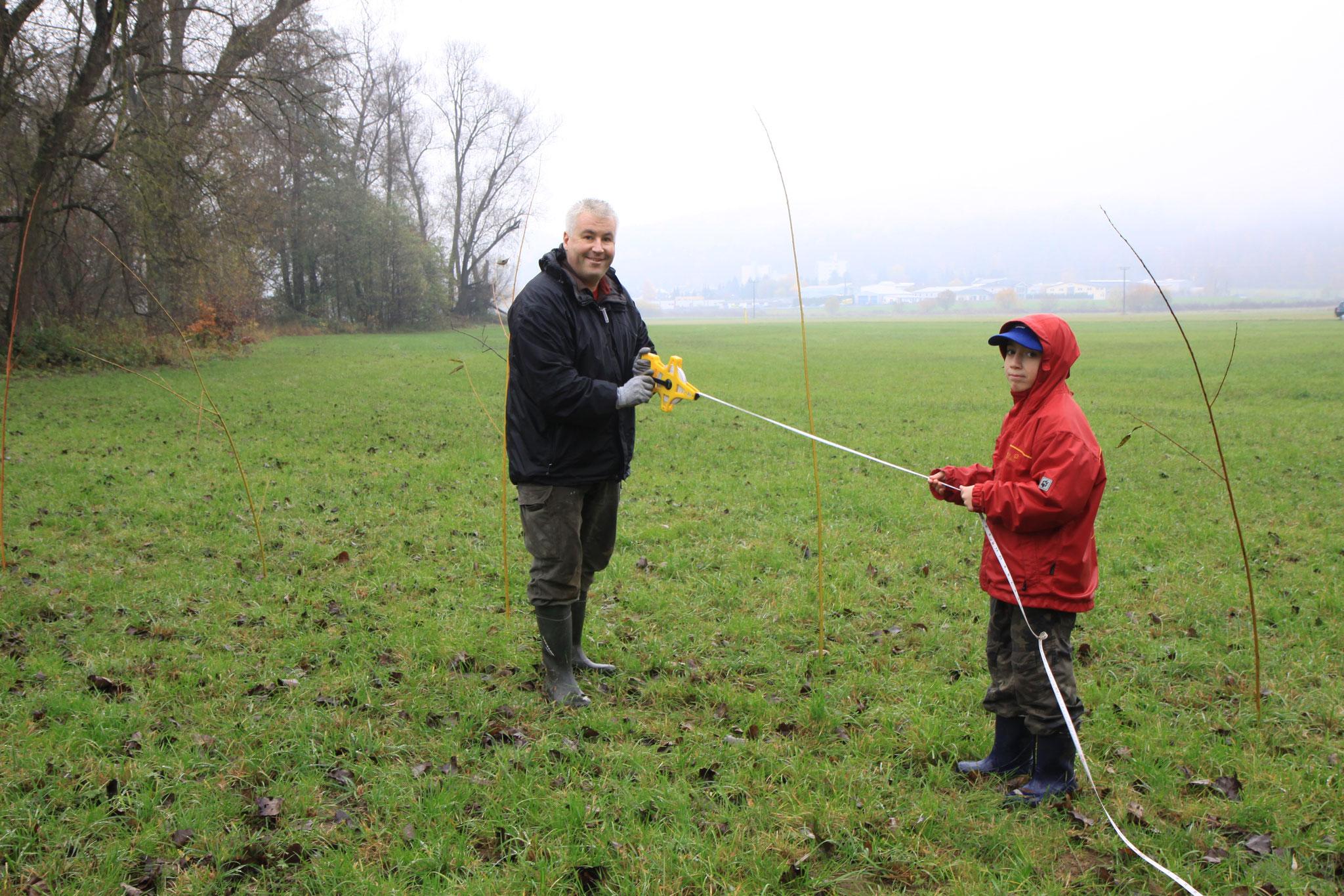 Abmessen der Wiese (Foto: B. Budig)
