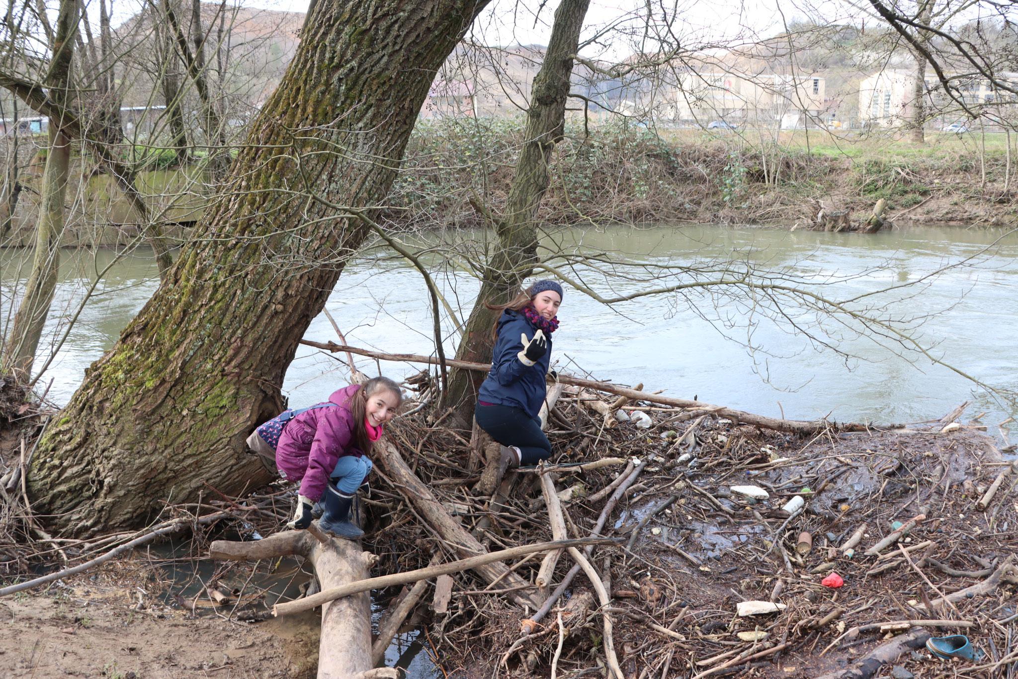 Fischen nach Müll in der Elsenz (Foto: B. Budig)