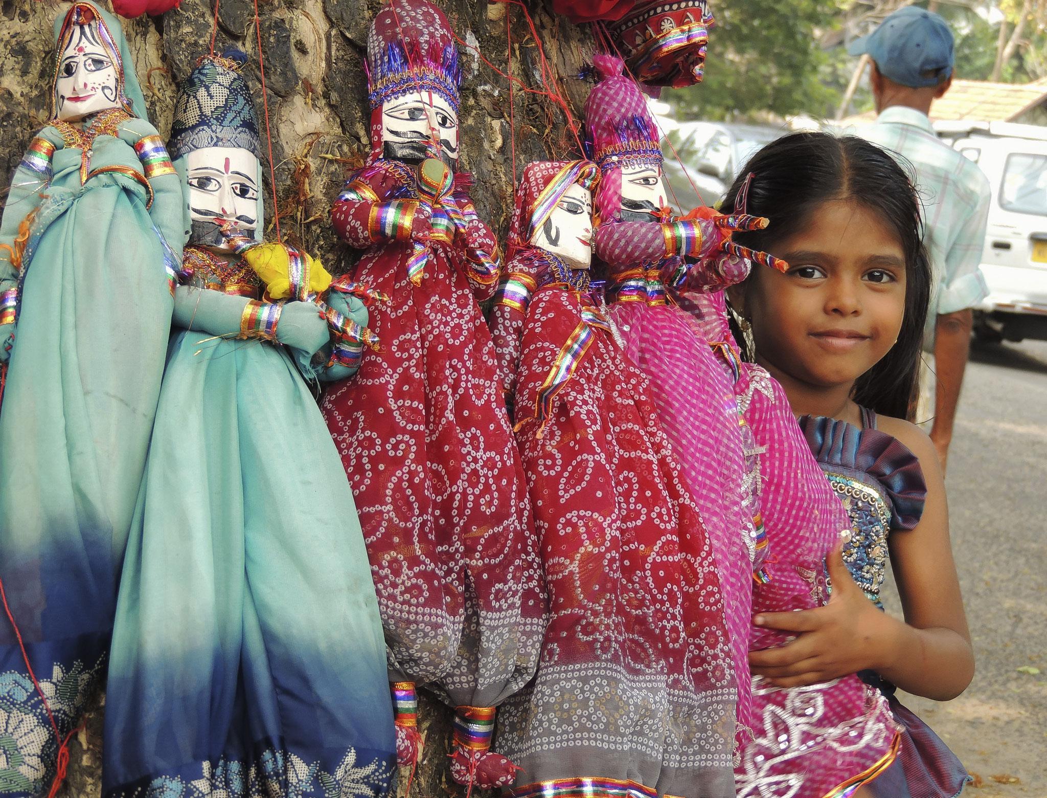 © Hans G. Lehmann | Kleine Puppenverkäuferin in Cochin, Indien