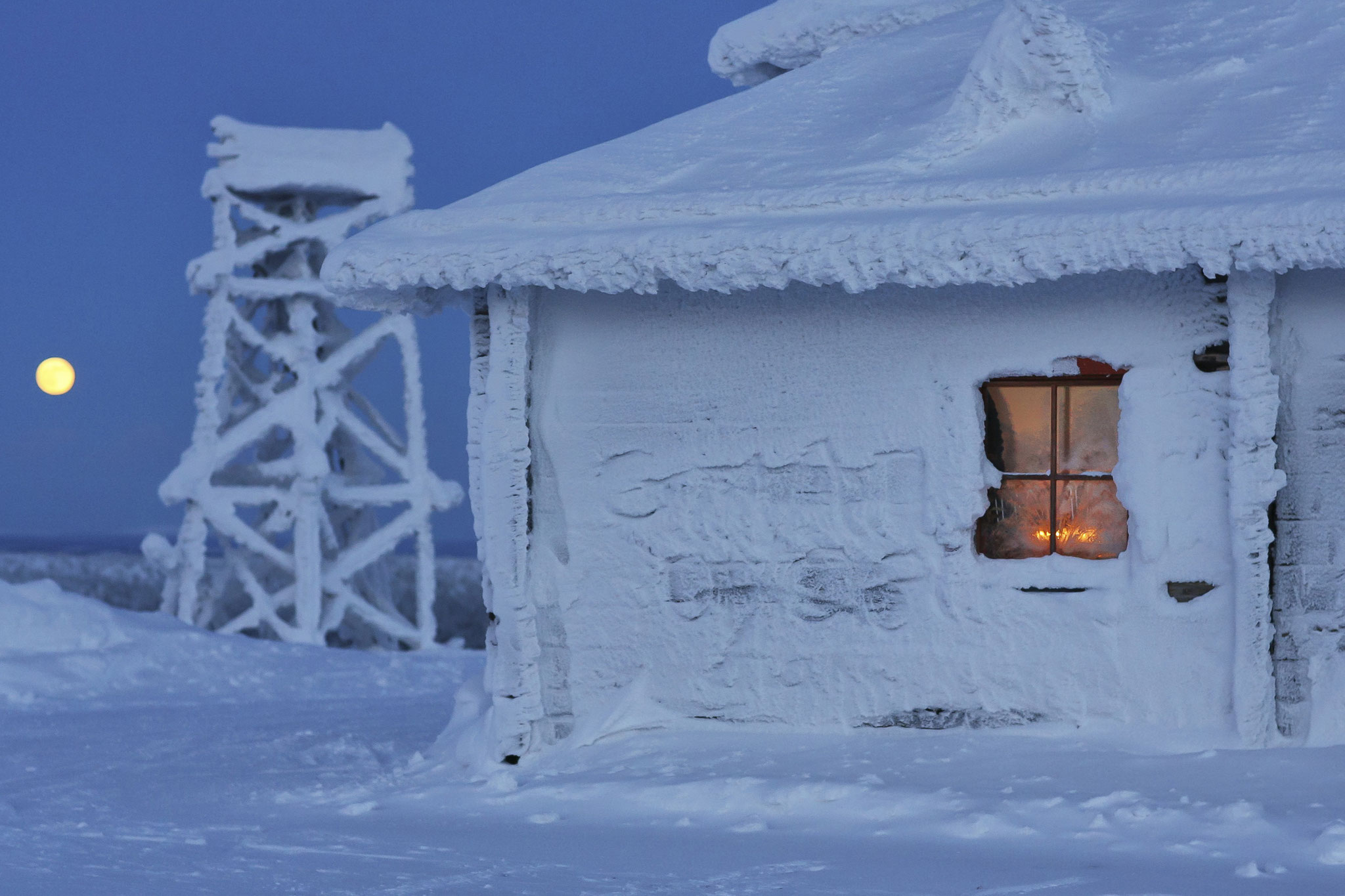 © Hans G. Lehmann | Vereiste Skihütte in Saariselkä auf dem Berg Kaunispää, Lappland/Finnland