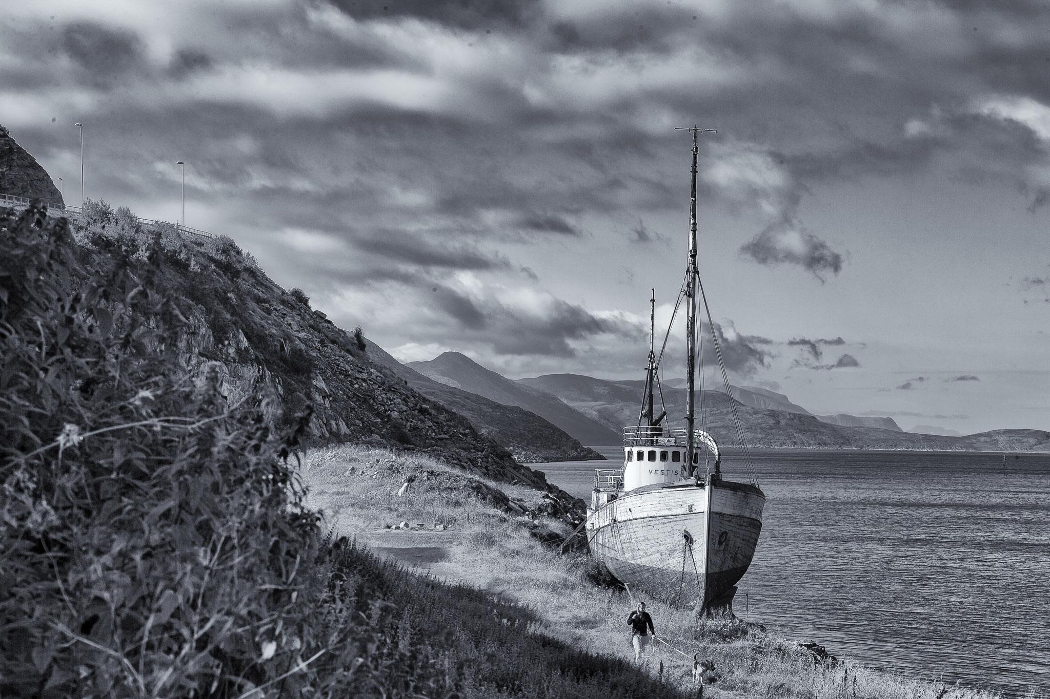 © Hans G. Lehmann | Einsamer Strand mit Boot, Hammerfest, Norwegen