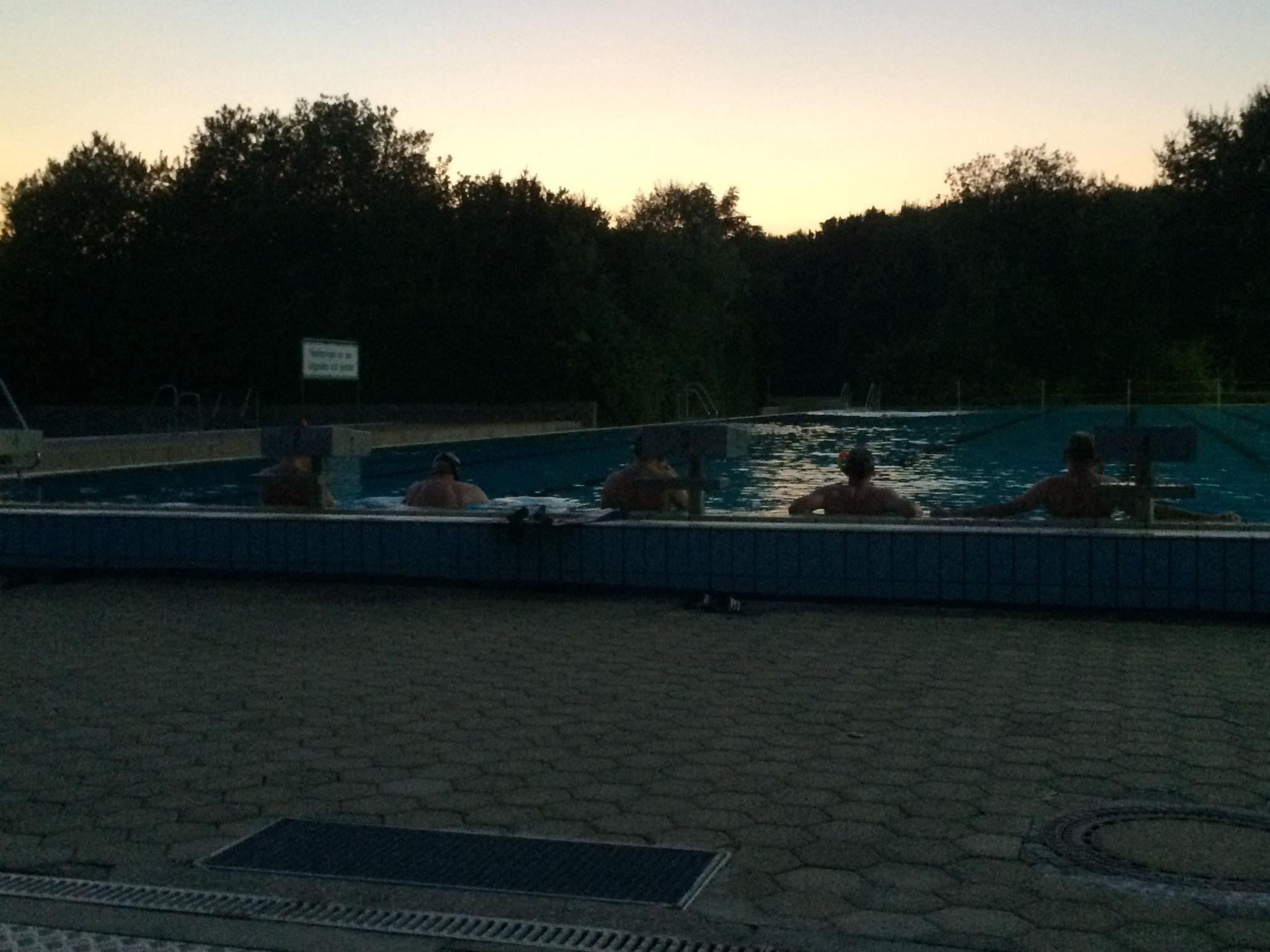 Es wird dunkel beim Schwimmen....