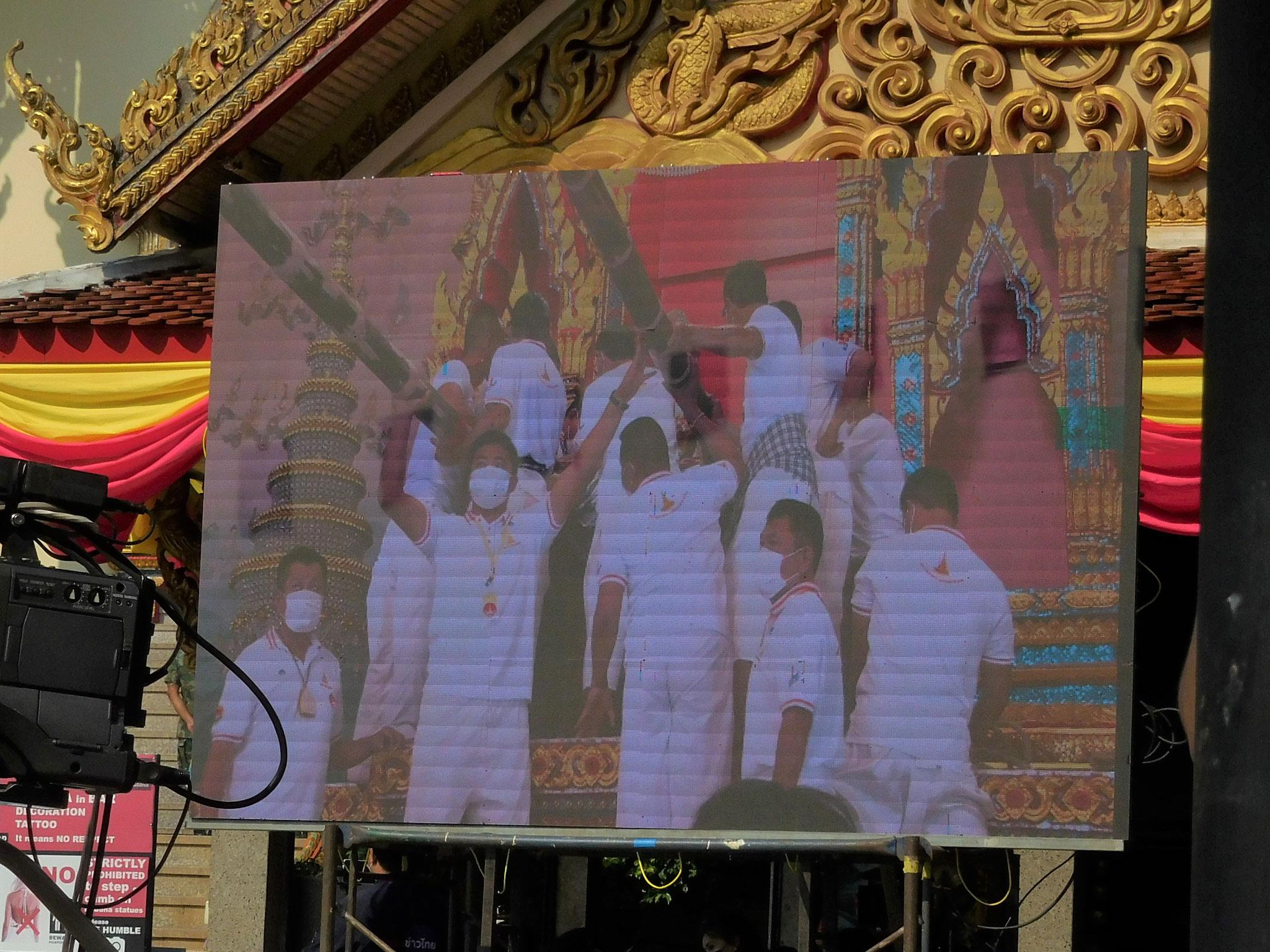 Videoübertragung zur Vorbereitung des Buddhas, damit er aus dem Tempel getragen werden kann