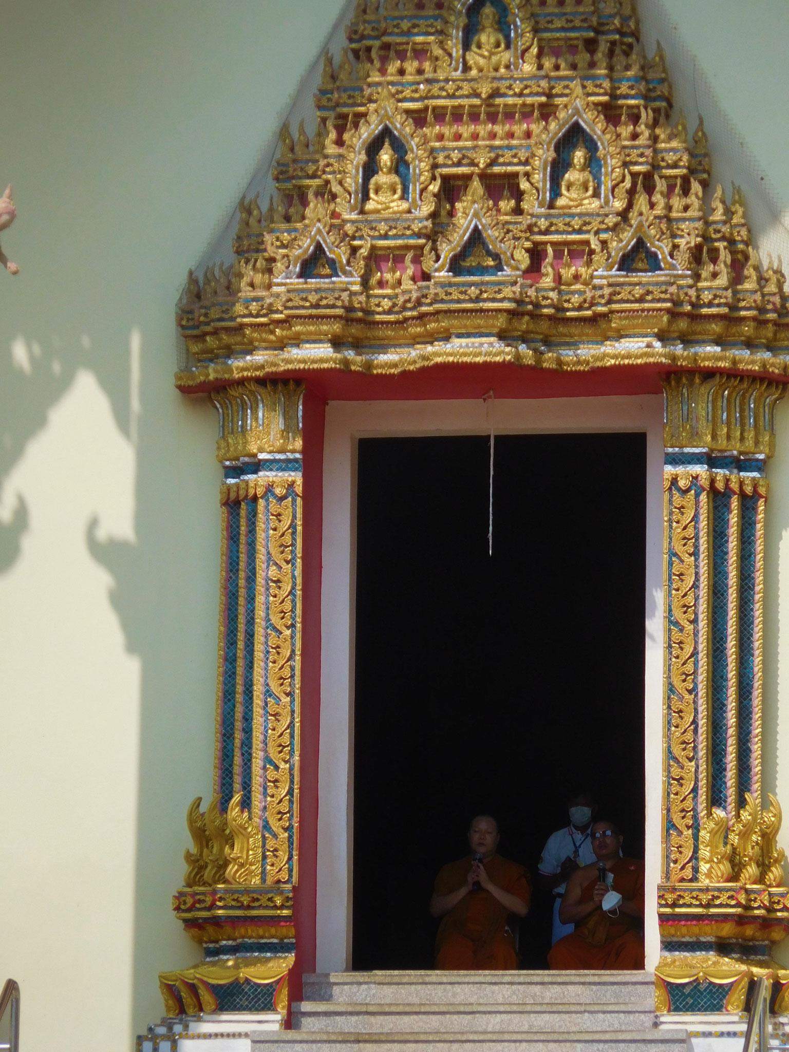 Mönche vor dem leeren Tempel