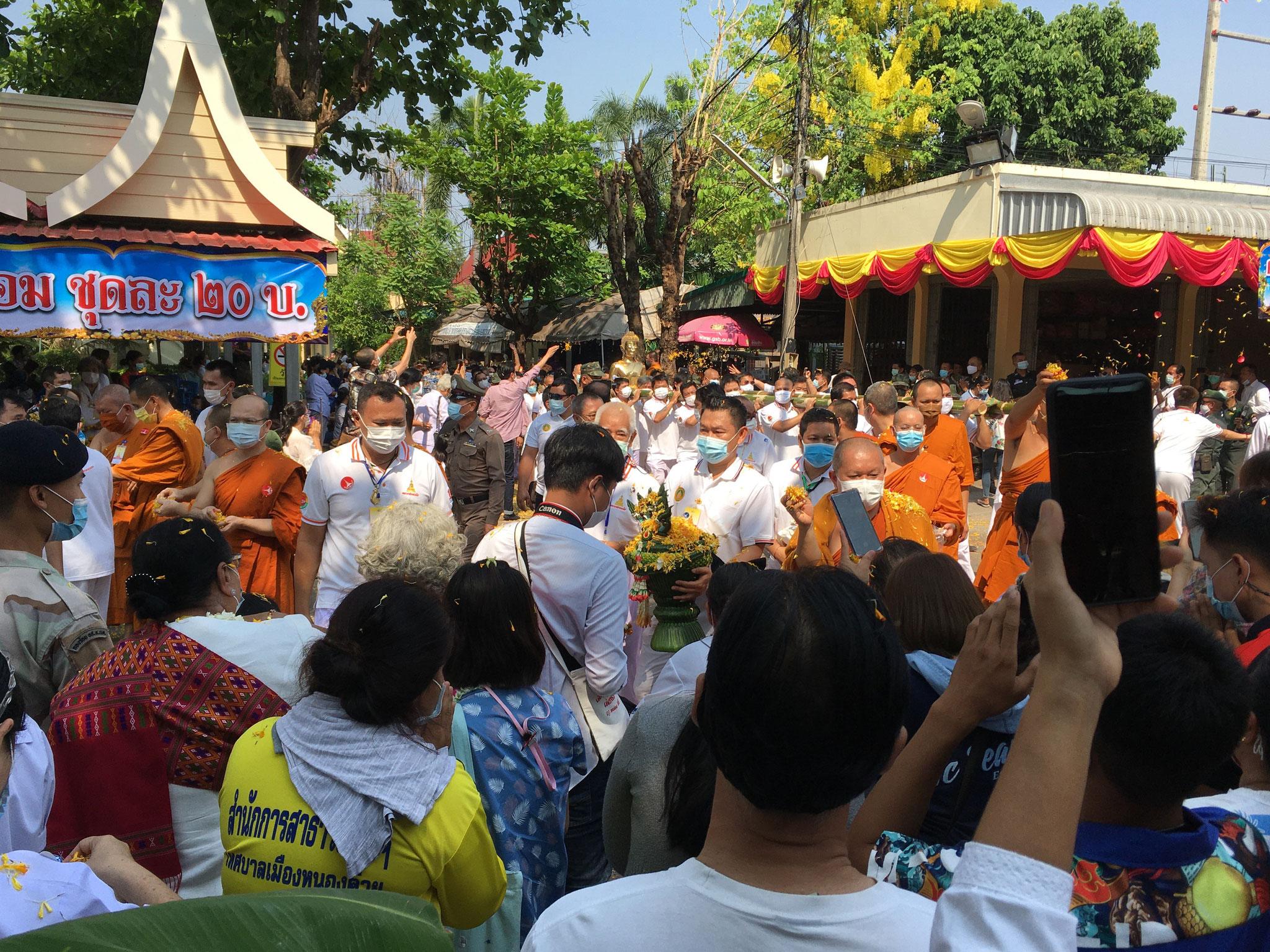 in einem Umzug wird der Buddha um den Tempel und dann zu seinem neuen Platz getragen