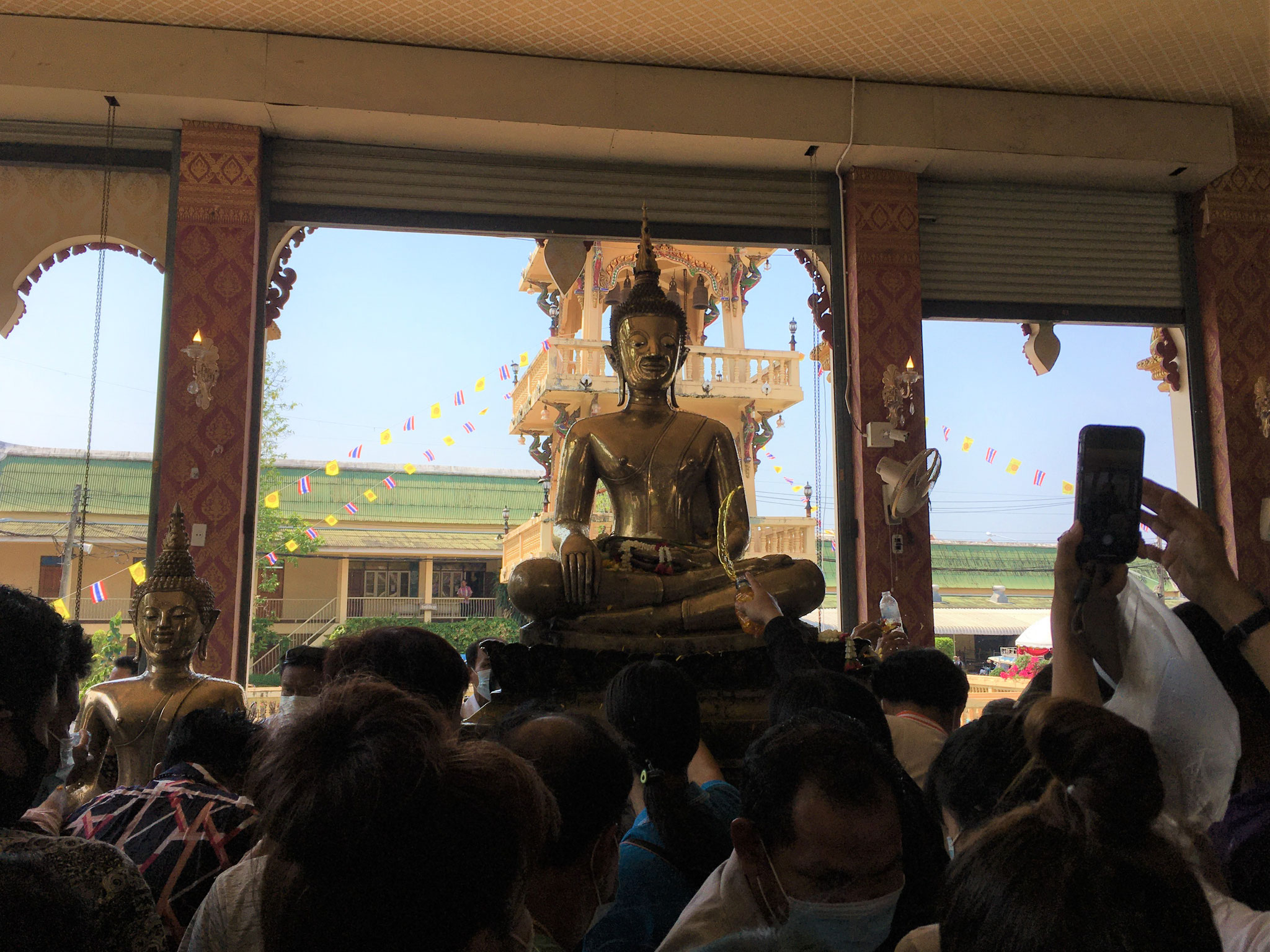 der neue Platz des Buddha - hier wird er mit Wasser bespritzt, was eine Geste der Reinigung ist