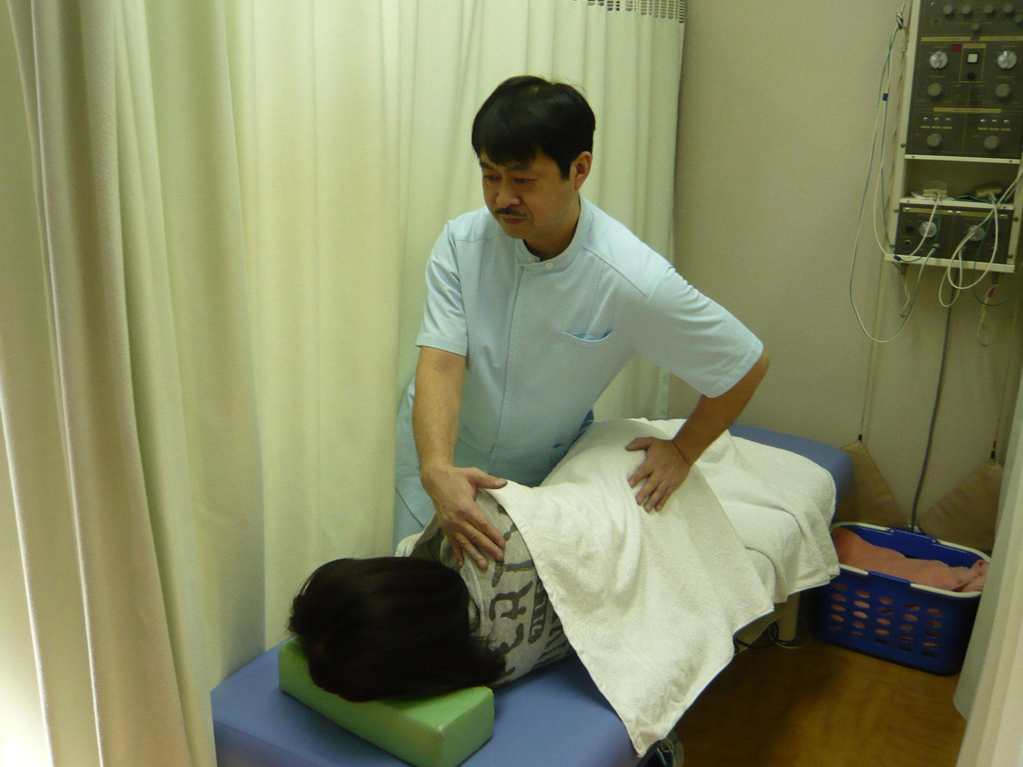 ③施術に入ります。ソフトな関節整復術を中心とした施術で痛みを  取っていきます。