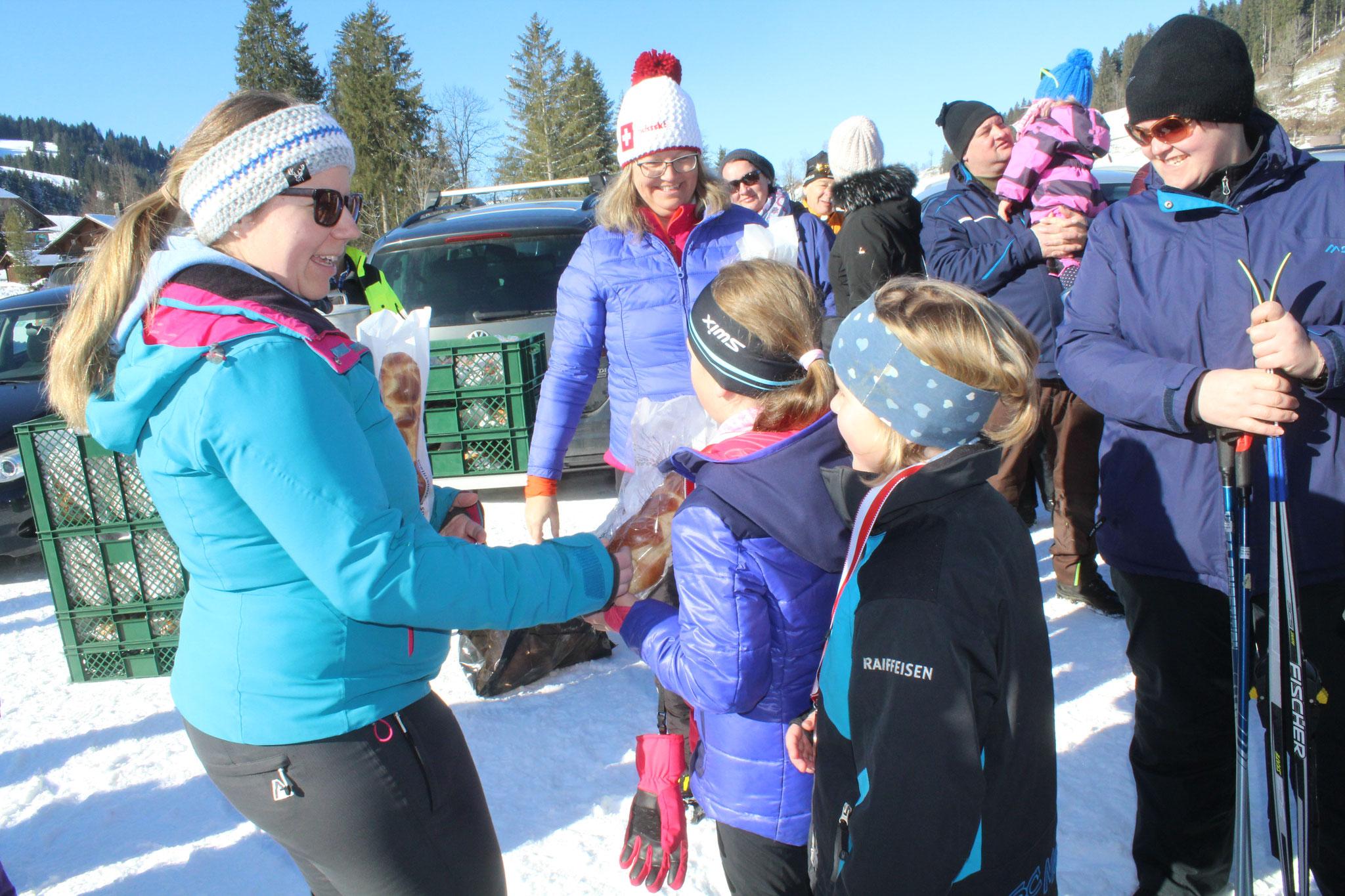 Alle Teilnehmer erhanten von Sabrina Bangerter und Vreni Gilli eine Züpfe für ihren Einsatz. Hier nehmen Emma Zihlmann und Sarah Emmenegger ihre Züpfen in Empfang.