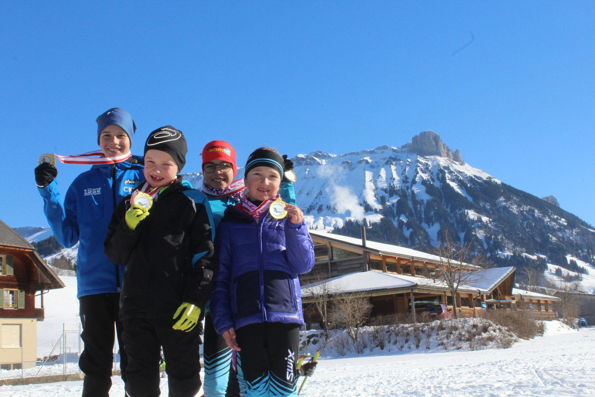 Die Kategoriesieger sind stolz auf ihre tolle Leistung. v.l. Jean-Luca Haas, Nino Emmenegger, Carina Haas und Emma Zihlmann